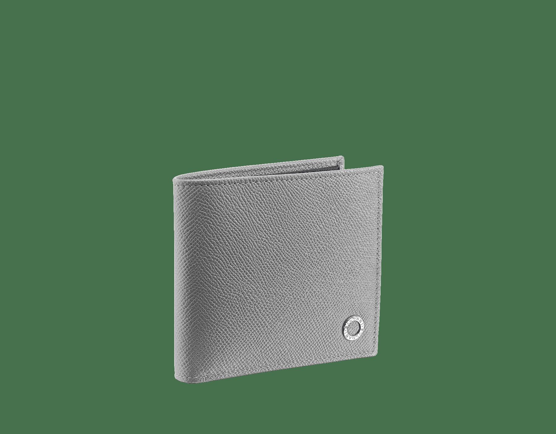 プルートストーングレーとデニムサファイアブルーのグレインカーフレザーを使った「ブルガリ・ブルガリ」メンズコンパクトウォレット。 パラジウムプレートブラス製のアイコニックなロゴの装飾。 BBM-WLT-ITAL-gcl image 1