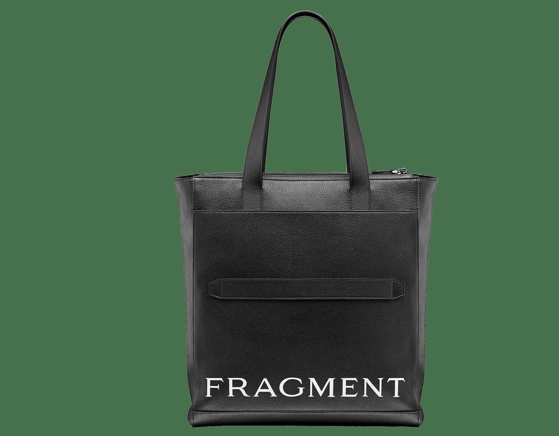 パラジウムプレートブラス製金具、「BVLGARI」と「FRAGMENT」のホワイトロゴプリントが付いたデニムサファイアのグレインカーフレザー製「FRAGMENT X BVLGARI by Hiroshi Fujiwara」縦長トートバッグ。 1114M-FUJI3rd image 3