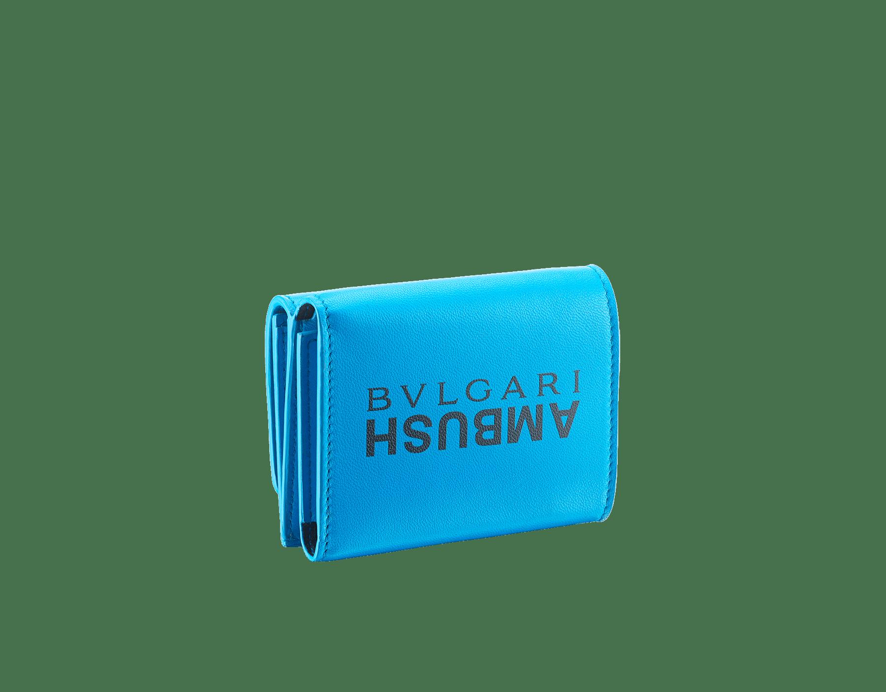 Portefeuille compact mini modèle Ambush x Bvlgari en cuir nappa bleu vif. Motif BVLGARI AMBUSH en laiton plaqué palladium et émail noir d'un côté et imprimé logo BVLGARI AMBUSH de l'autre. Édition limitée. YA-MINICOMPACT image 3