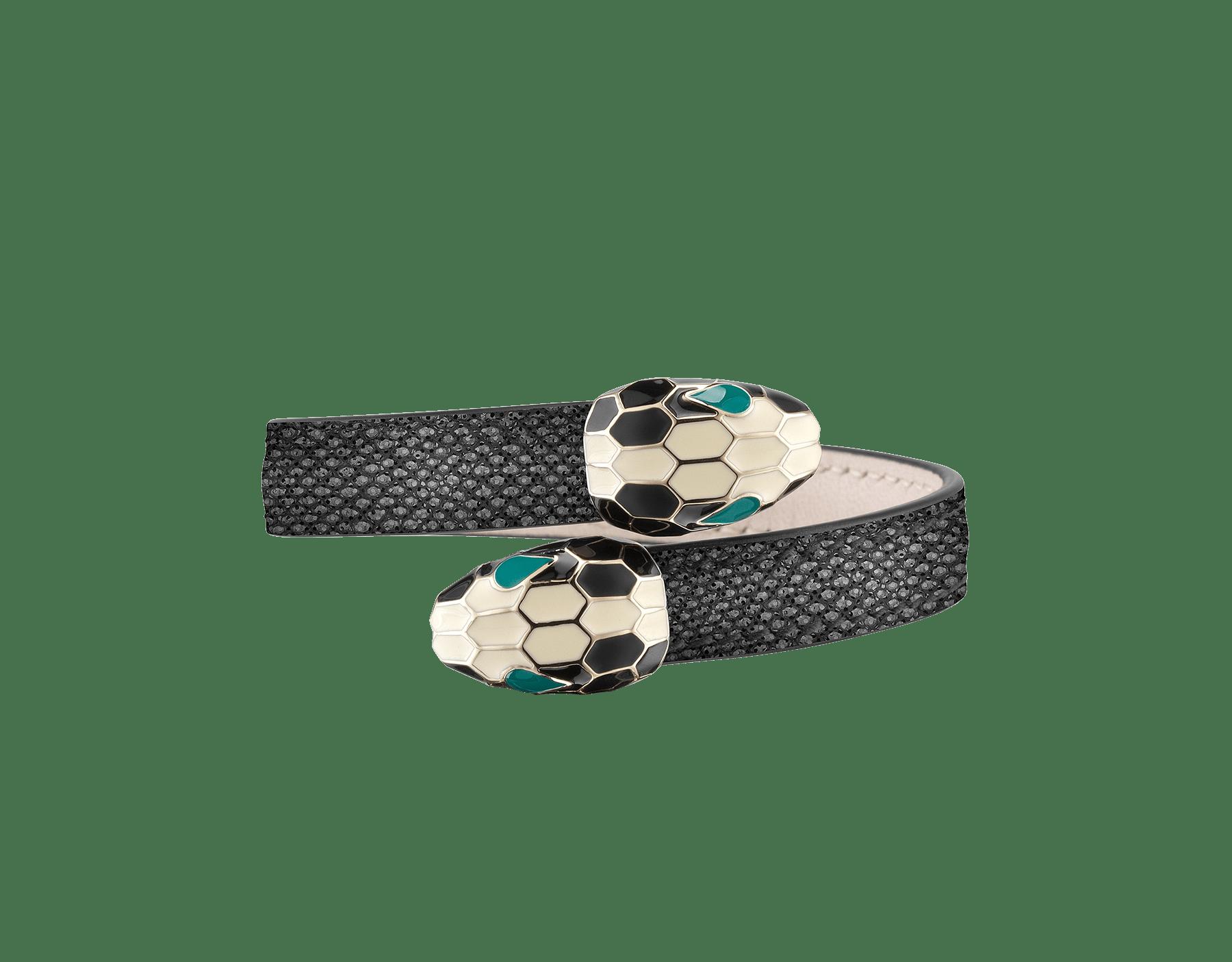 Bracelet jonc souple Serpenti Forever en karung métallisé couleur lune argent avec détails en laiton doré. Motif en miroir Serpenti emblématique en émail noir et blanc avec yeux en émail vert. 287428 image 1