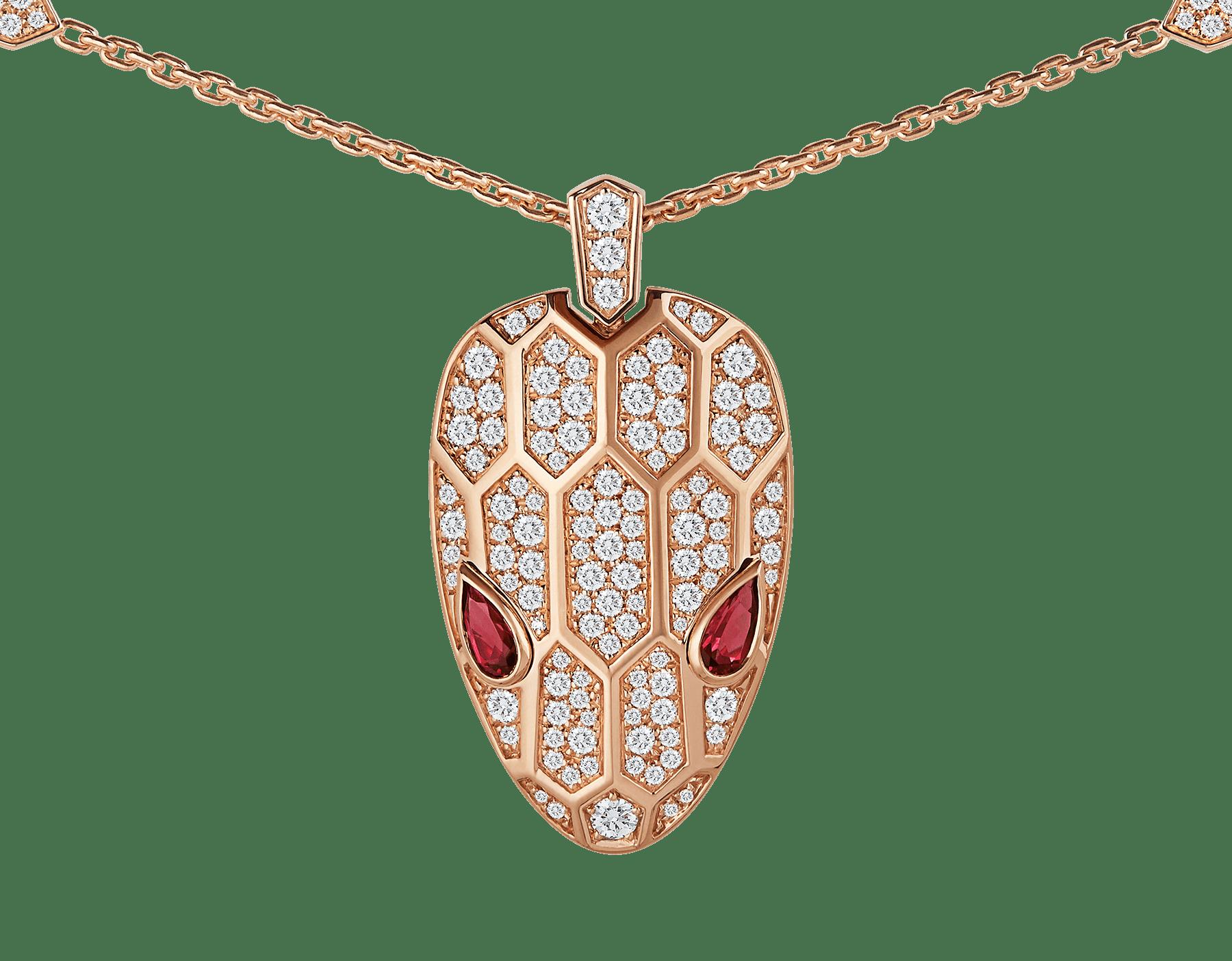 Suspendu à une ravissante chaîne complétée d'écailles hexagonales en pavé diamants, le pendentif Serpenti séduit par la brillance de la tête du serpent et le charme envoûtant de ses magnifiques yeux en rubellite. 352725 image 3