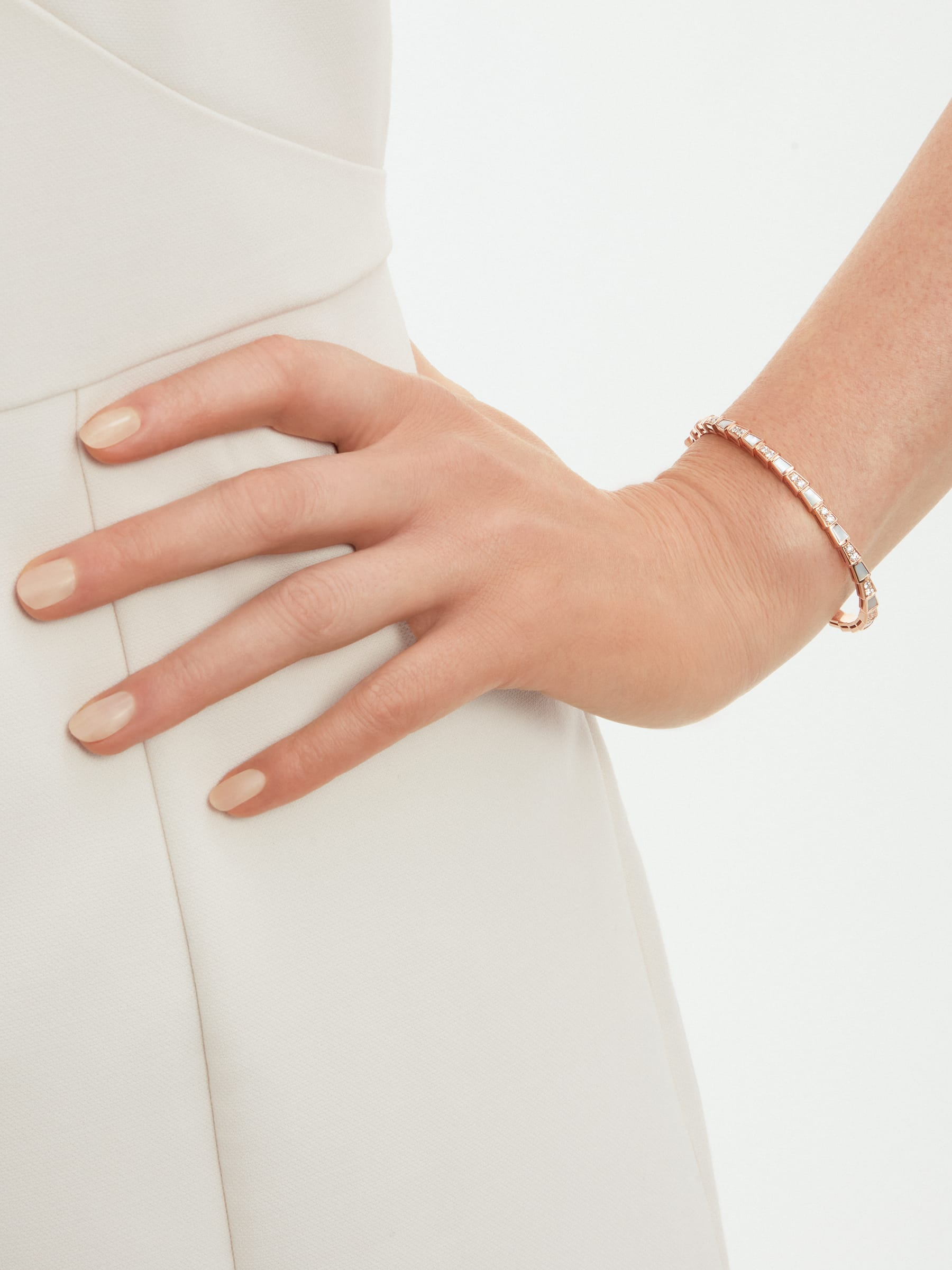 Serpenti Viper 18 kt rose gold bracelet set with mother-of-pearl elements and pavé diamonds BR858356 image 3