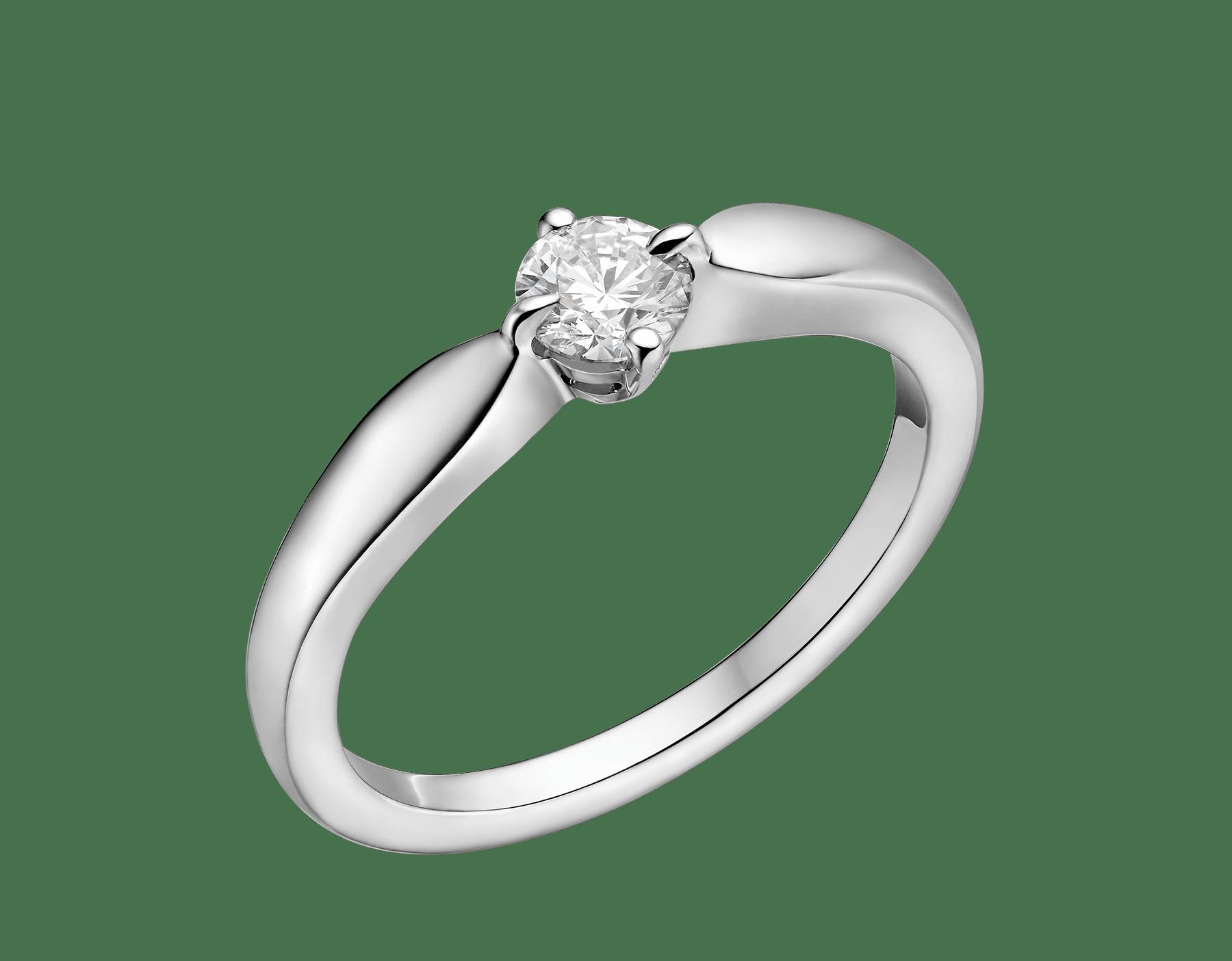 Dedicata a Venezia : Solitaire Torcello en platine avec diamant rond taille brillant. Disponible à partir de 0,3 carat. Sa monture galbée enlace parfaitement le diamant. Son nom provient de l'île vénitienne de Torcello. 344114 image 1