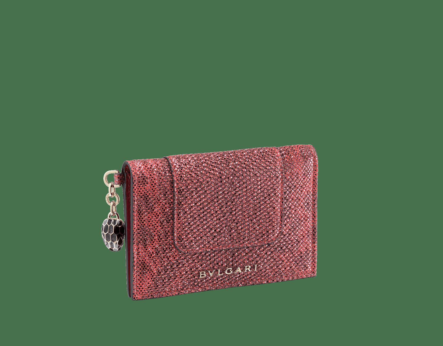 Serpenti Forever 寶石紅金屬光澤水蛇皮折式信用卡夾。經典蛇頭吊飾飾以黑色和燦銀色琺瑯,蛇眼飾以黑色琺瑯。 SEA-CC-HOLDER-FOLD-MKb image 1