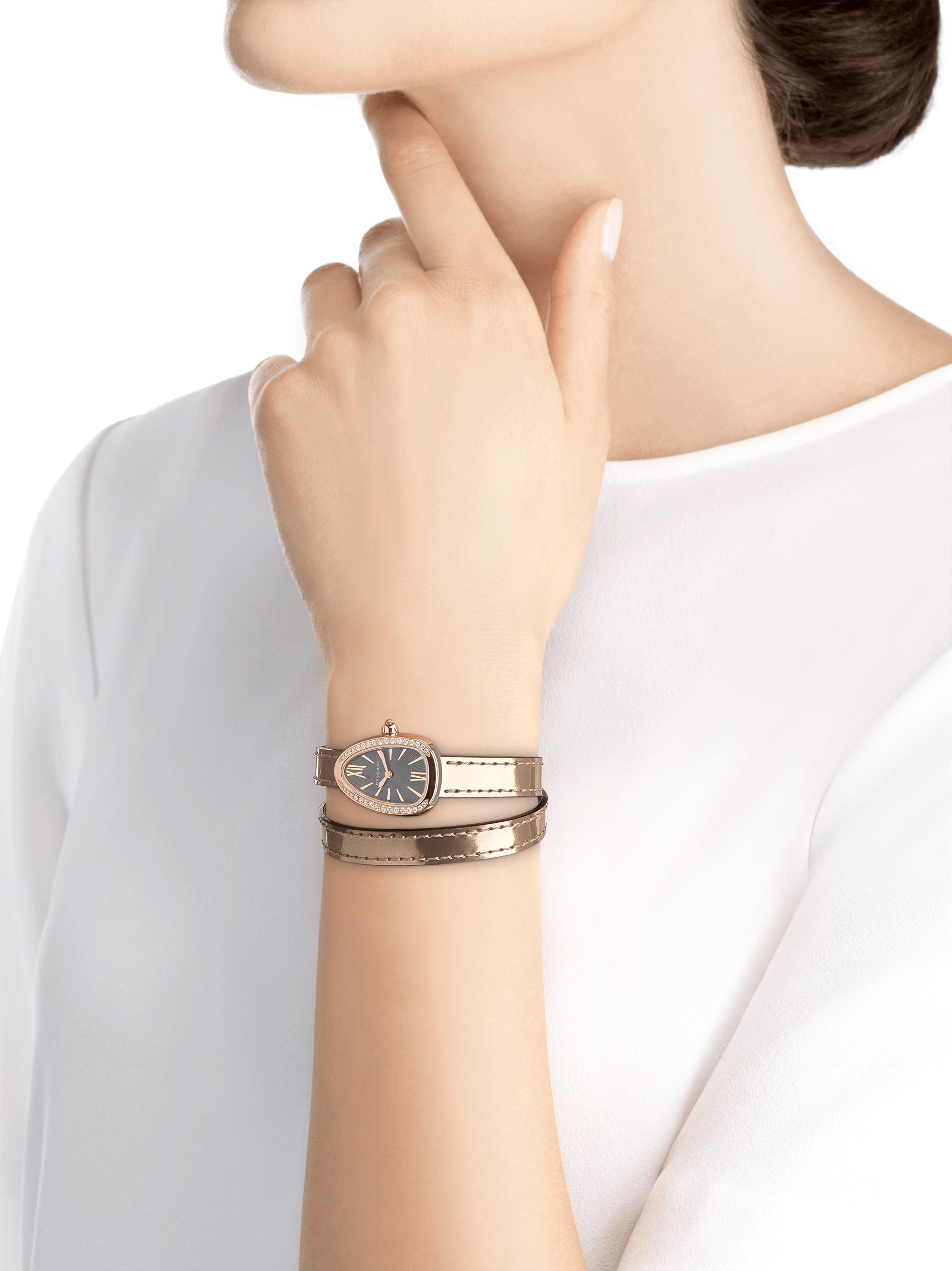 Relógio Serpenti com caixa em aço inoxidável, bezel em ouro rosa 18 K cravejado com diamantes, mostrador laqueado cinza e pulseira de duas voltas intercambiável em couro de novilho bronze antigo metálico escovado. 102968 image 4