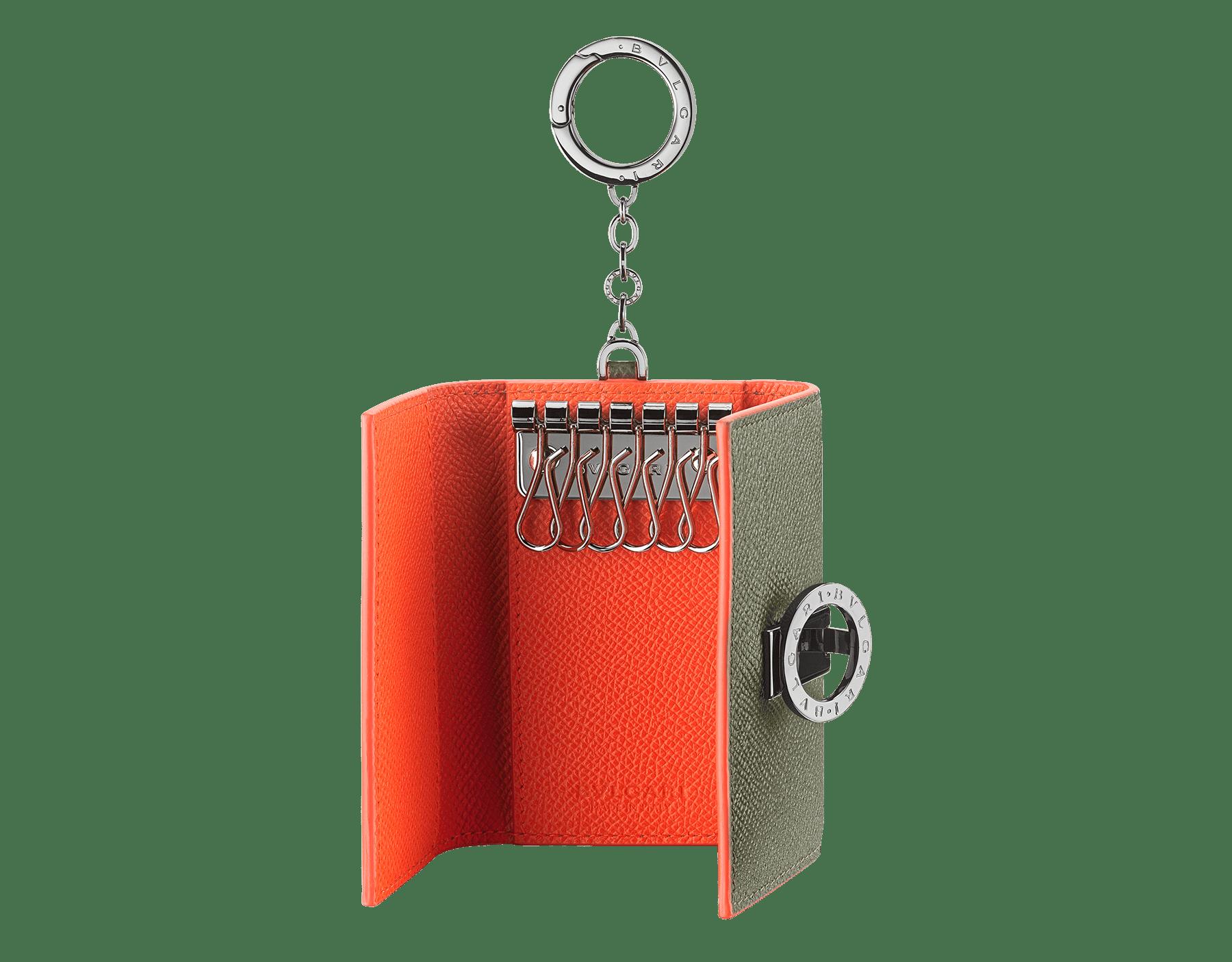 Porte-clés BVLGARI BVLGARI en cuir de veau grainé couleur Mimetic Jade et Fire Amber. Emblématique logo Bvlgari et mousqueton en laiton plaqué ruthénium. BCM-KEY-HOLD-CLASP image 2