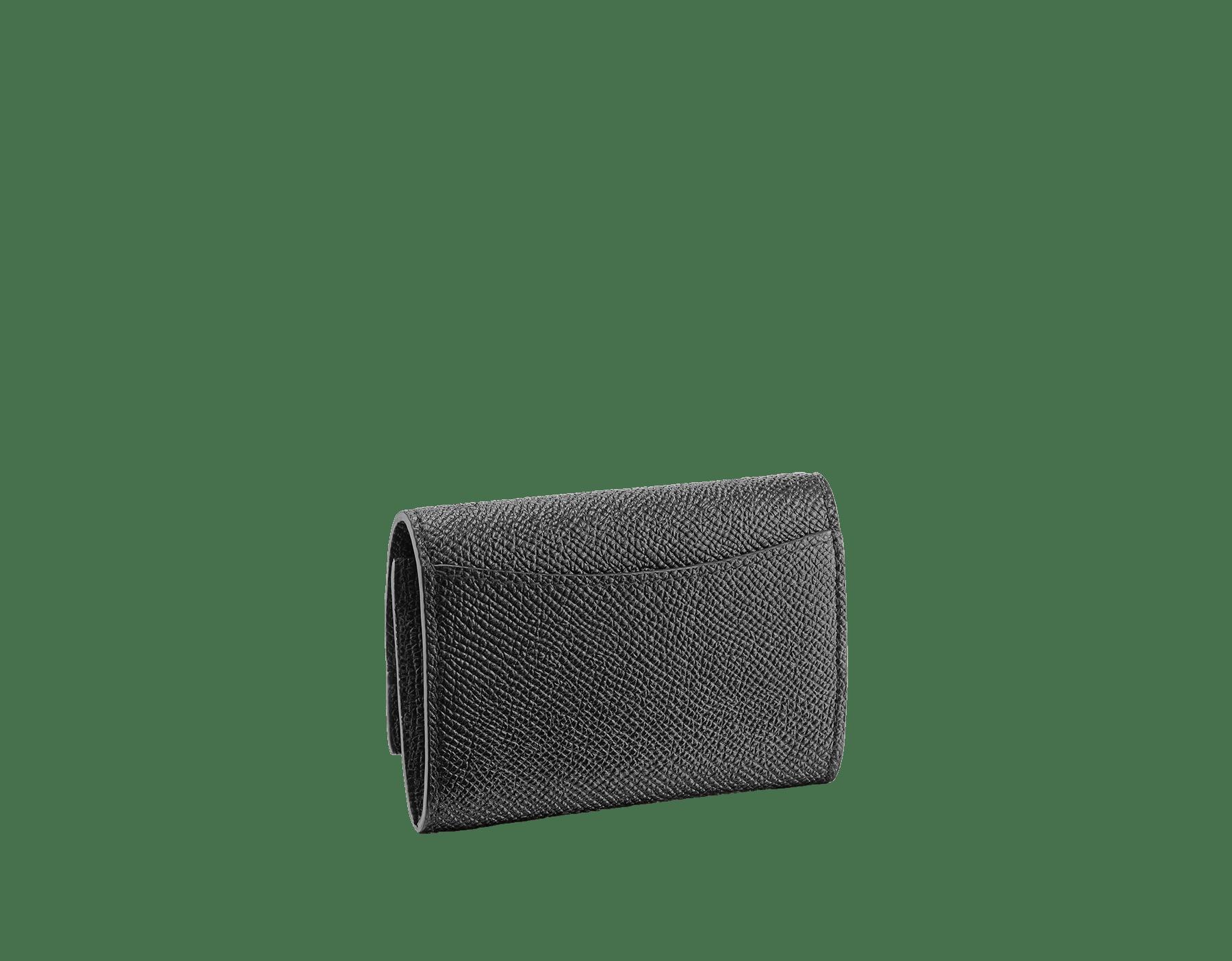 エメラルドグリーンとブラックのグレインカーフレザー製「ブルガリ・ブルガリ」コインパース。モアレブラックナッパの裏地。ブラスパラジウムプレートのアイコニックなロゴのクロージャークリップ。 BCM-WLT-S-RECTa image 3