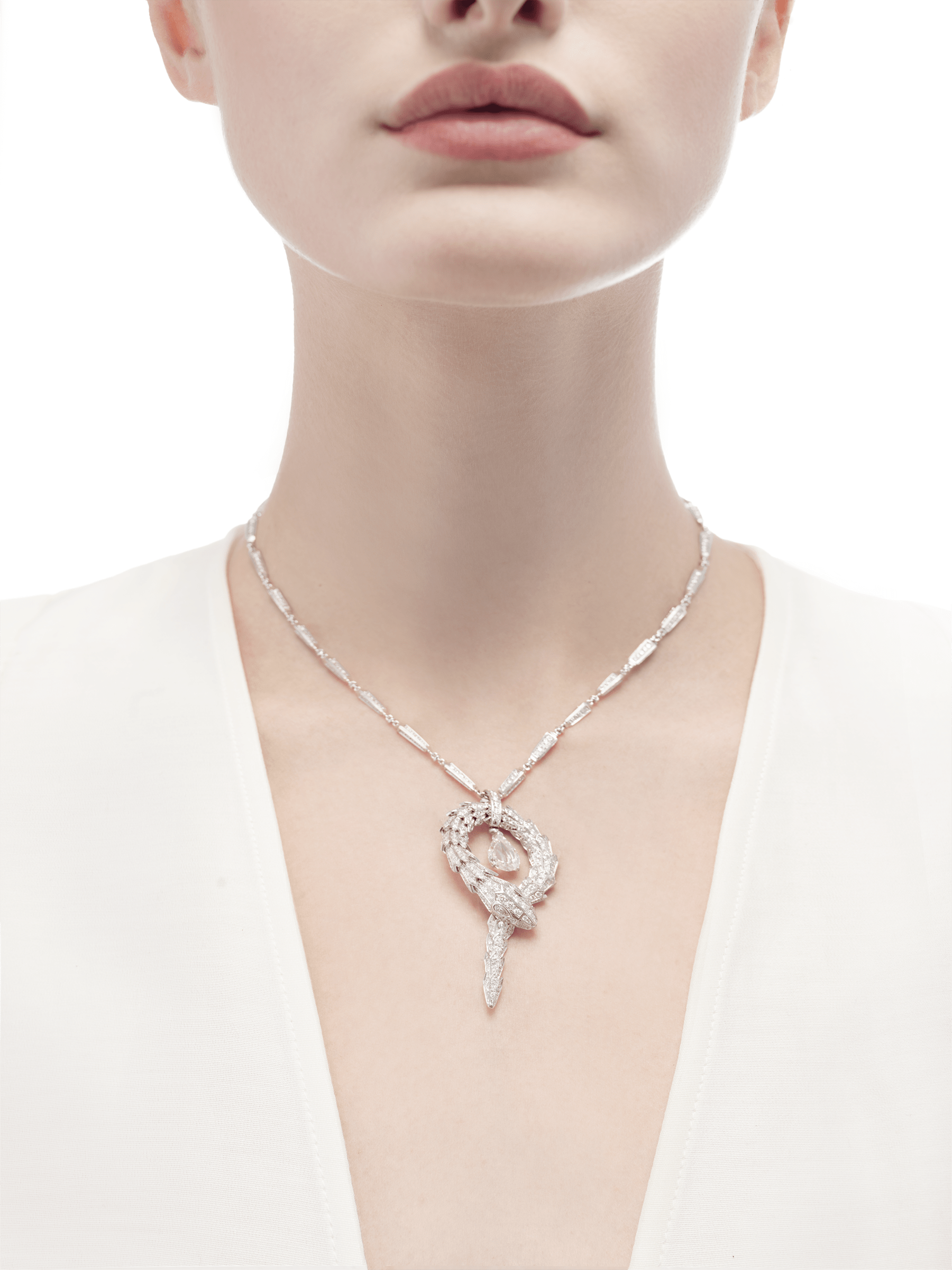 Serpenti small pendant in 18 kt white gold with central diamond and pavé diamonds. 354088 image 2