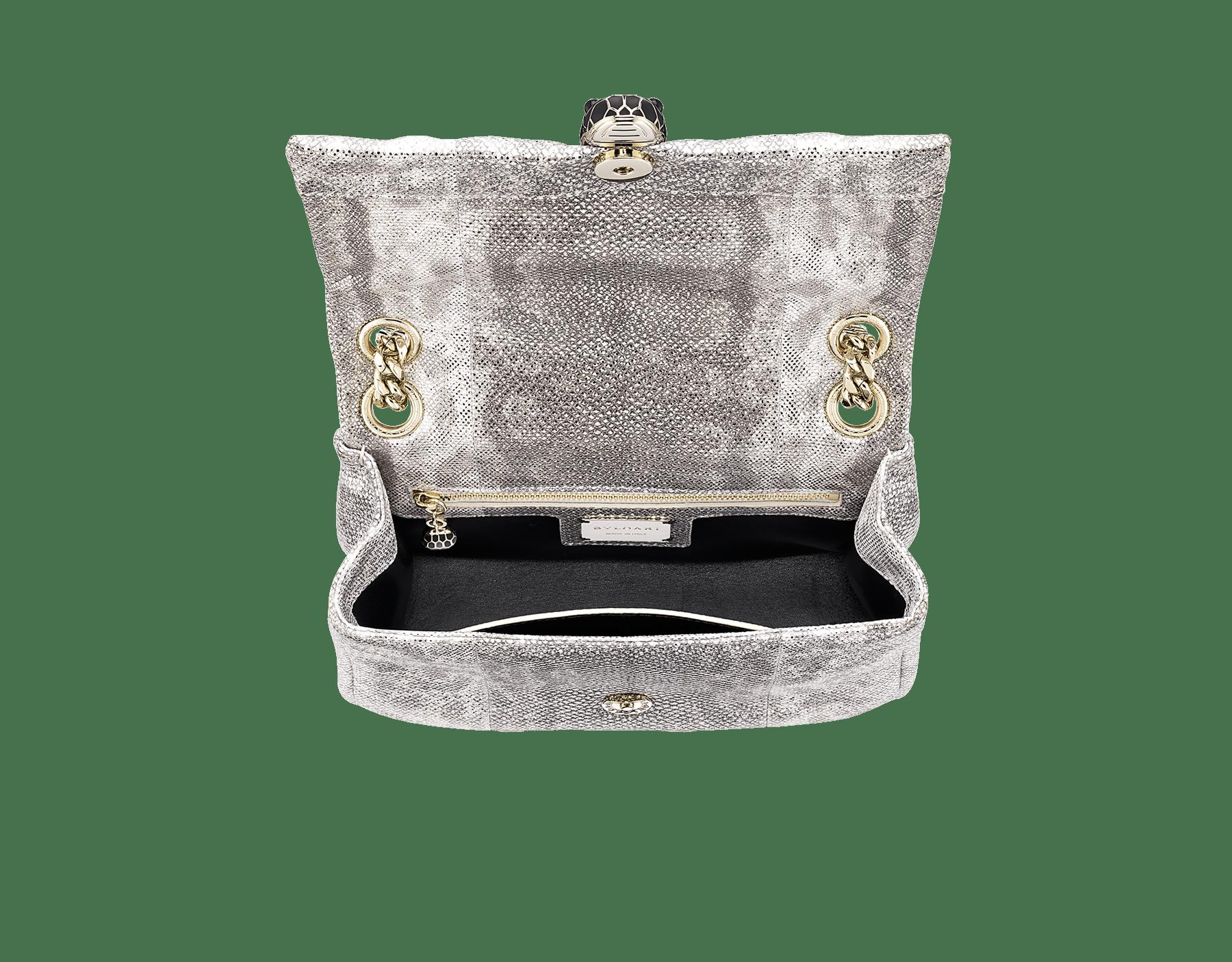 Сумка на плечо Serpenti Cabochon, мягкая кожа змеи карунг алмазно-угольного цвета сметаллизированным эффектом играфичной стеганой отделкой. Застежка в виде змеиной головы из латуни спокрытием изсветлого золота, матовая эмаль черного цвета, блестящая эмаль алмазно-угольного цвета, глаза изчерного оникса. 981-MK image 4