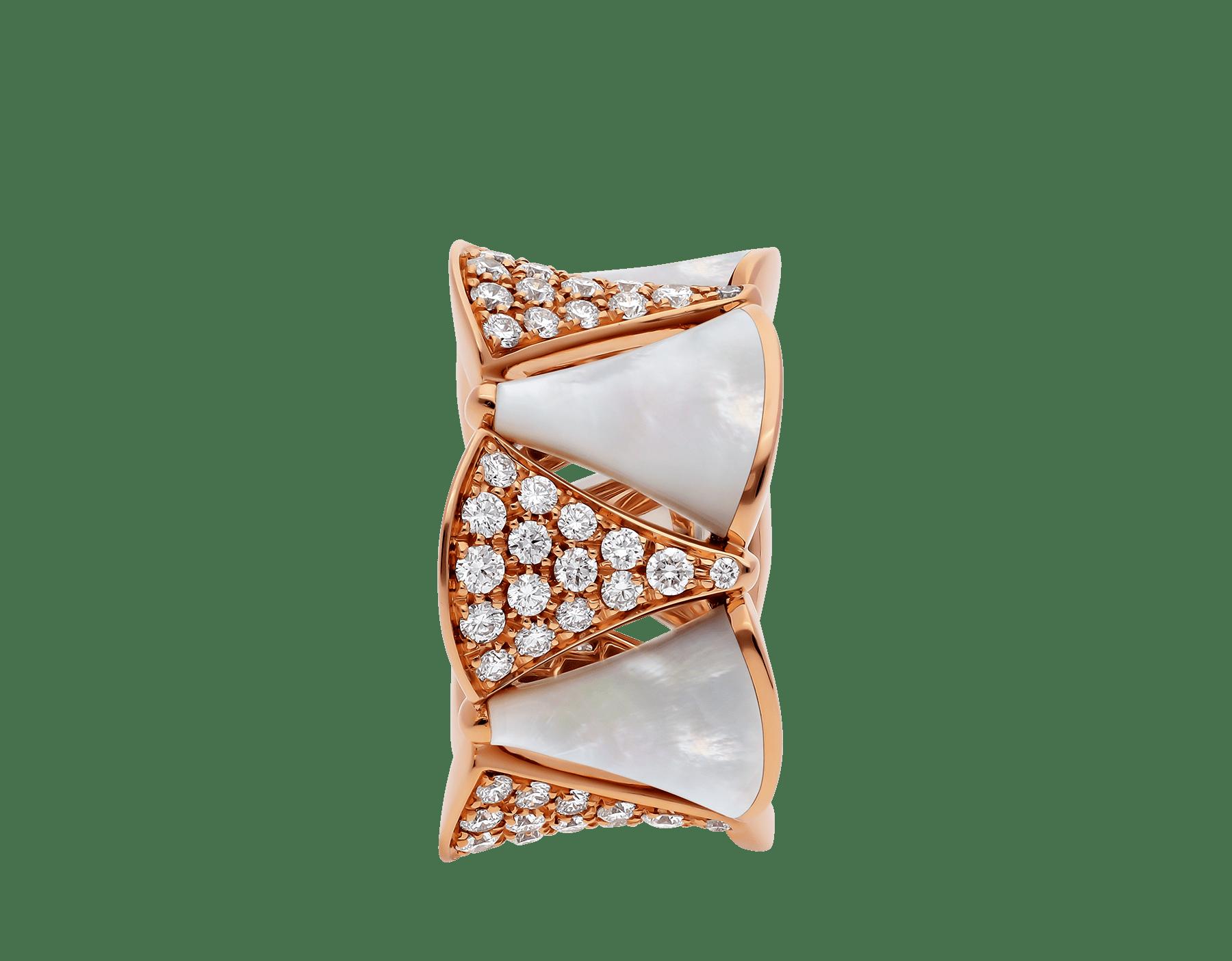 Composée de nacre à l'éclat éthéré et de diamants étincelants, la bague DIVAS' DREAM habille le doigt en rendant hommage à la pureté de la beauté féminine. AN856775 image 2