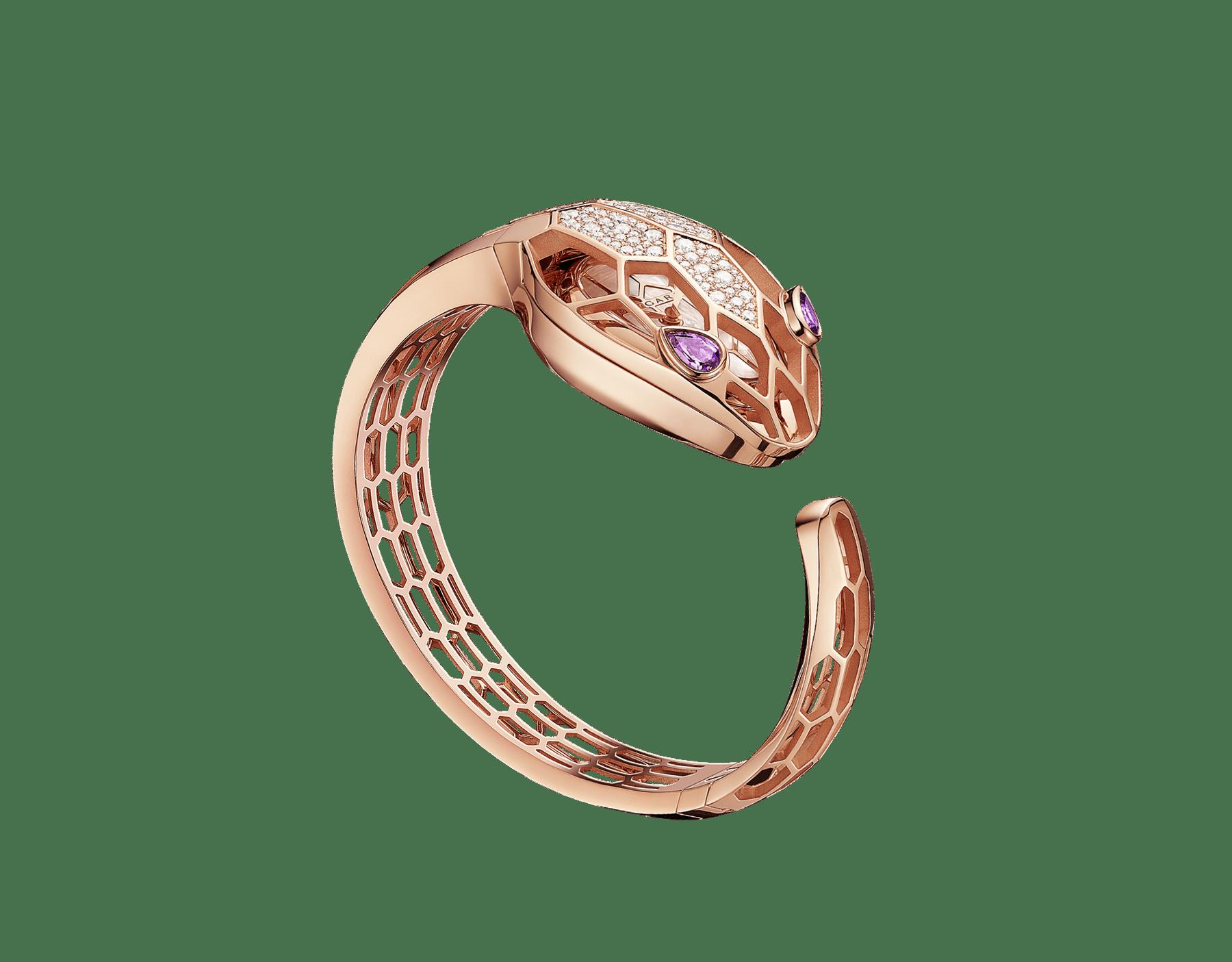 Serpenti Misteriosi Secret 腕錶,18K 玫瑰金鏤空錶殼鑲飾圓形明亮型切割鑽石,白色珍珠母貝錶盤,18K 玫瑰金鏤空手鐲式錶帶,蛇眼鑲飾梨形紫水晶。M 尺寸。 SrpntMister-SecretWtc-rose-gold image 8