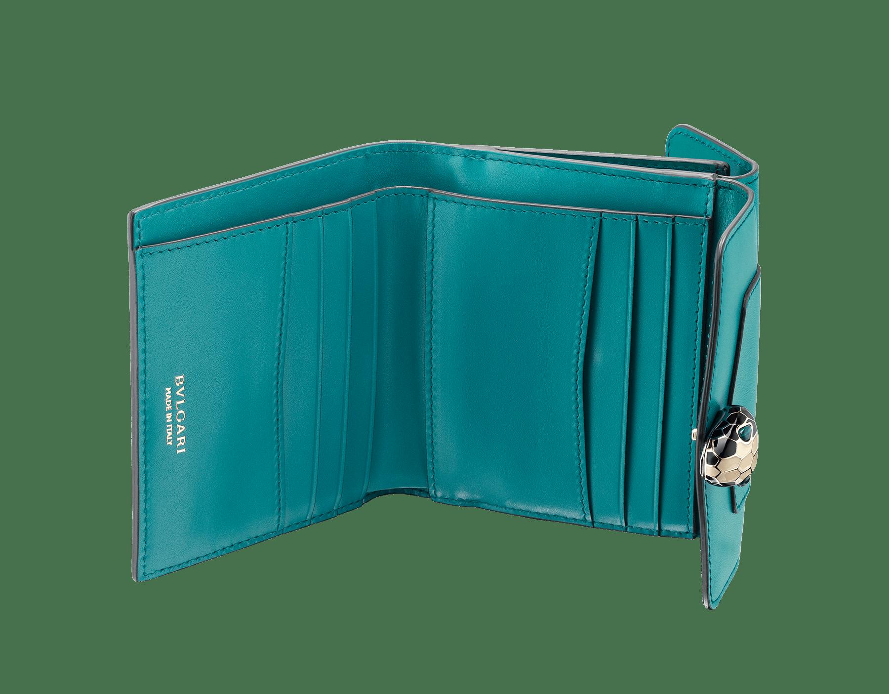 Portefeuille compact carré Serpenti Forever en cuir de veau couleur Tropical Turquoise et Deep Jade. Bijou Serpenti emblématique en émail noir et blanc avec yeux en malachite. 288007 image 2