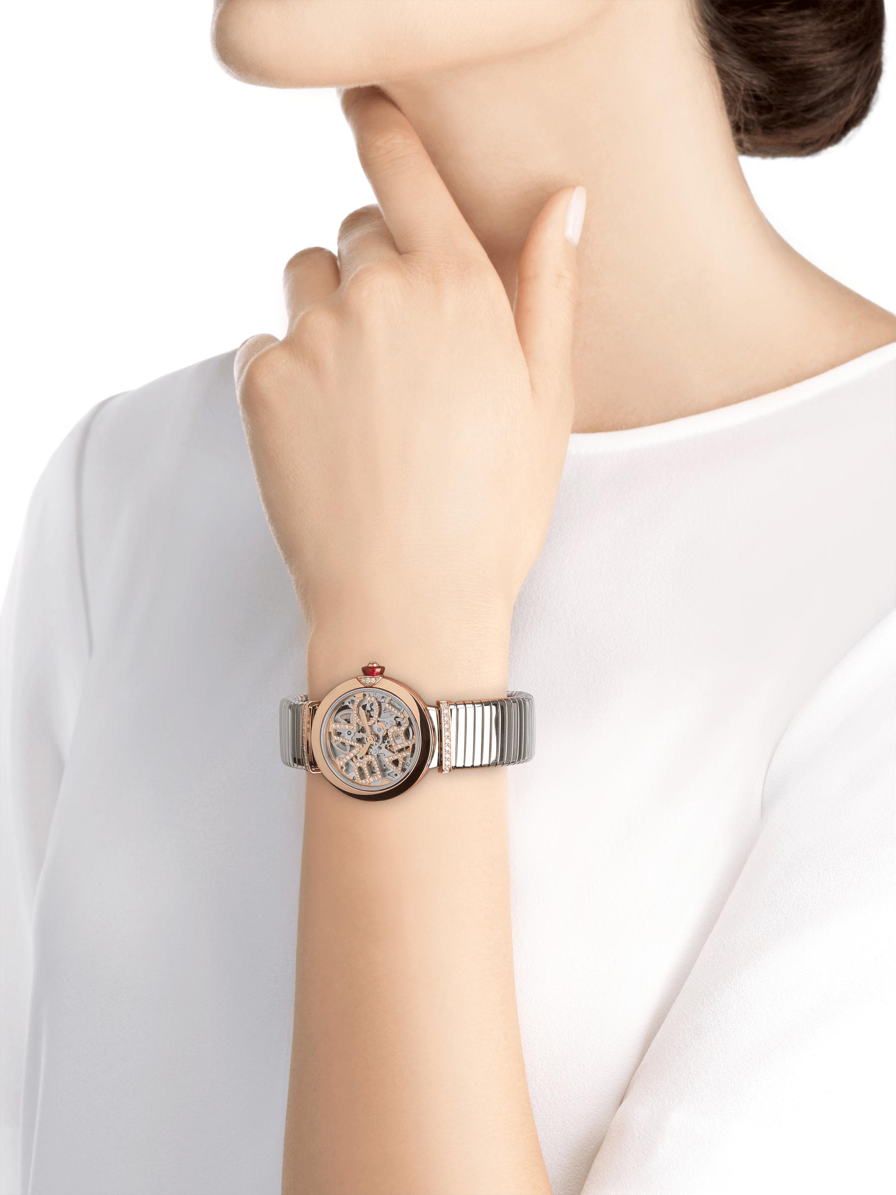 Reloj LVCEA Skeleton con movimiento mecánico de carga automática. Caja en acero inoxidable, bisel en oro rosa de 18qt con detalle de diamante, esfera calada en oro rosa de 18qt con el logotipo BVLGARI y eslabones, ambos con diamantes redondos talla brillante engastados. Brazalete tubogas en acero inoxidable 103093 image 5