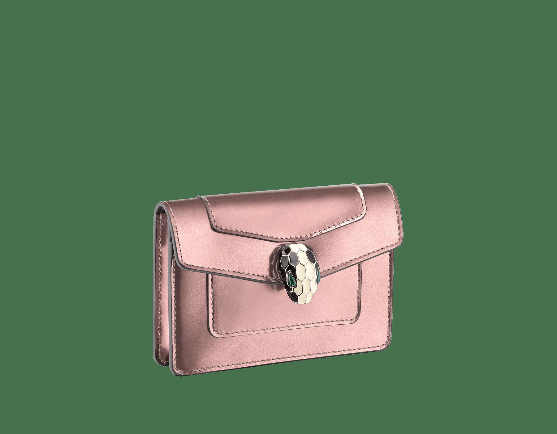 Étui pour cartes de crédit de poche en cuir de veau aspect métal brossé rose quartz et cuir de veau noir avec doublure en nappa noir. Fermoir pression Serpenti en laiton doré et émail noir et blanc avec yeux en malachite. 285820 image 1