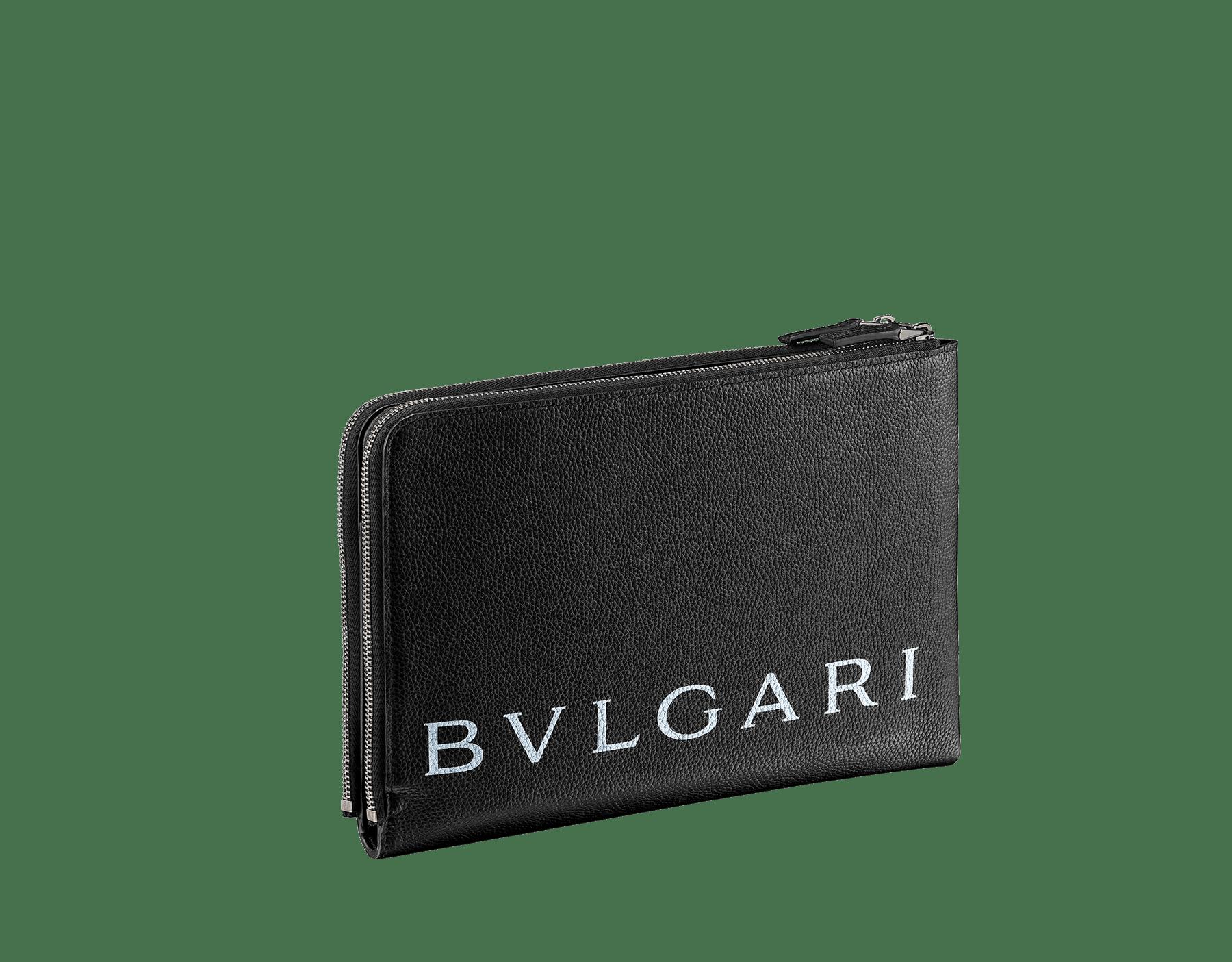 ブラックグレインカーフレザーとブラックスムースカーフレザーを使用した「FRAGMENT X BVLGARI by Hiroshi Fujiwara」クラッチバッグ。ウルトラブラックルテニウムプレートブラス製金具、「BVLGARI」と「FRAGMENT」のホワイトロゴプリント。 CLUTHBAG-FUJI3rd image 3
