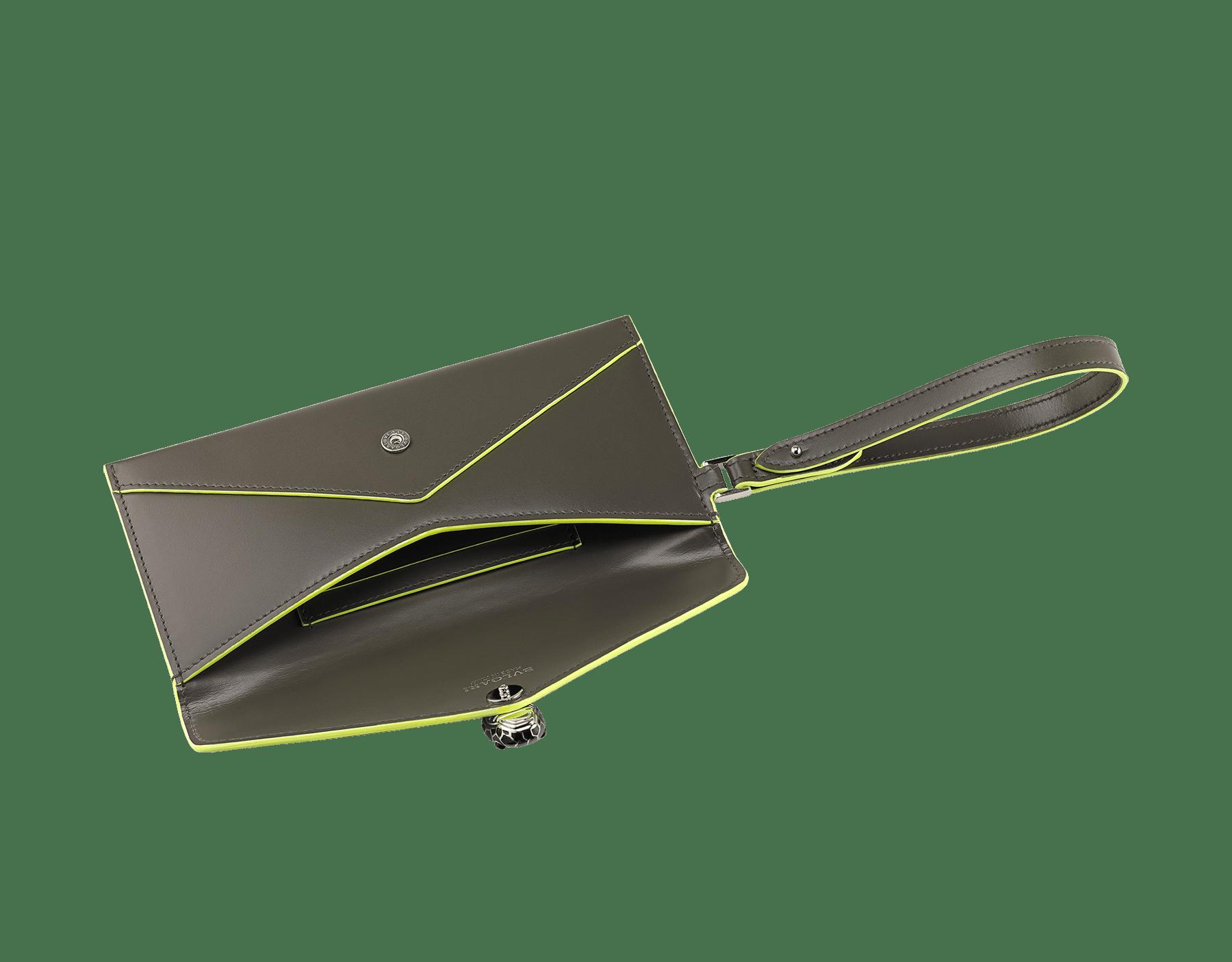 BVLGARI x FRAGMENT by Hiroshi Fujiwara 「セルペンティ フォーエバー」エンベロープケース。 ホークアイと蛍光イエローのスムースカーフレザー製。FRAGMENTの稲妻デザインを加えた、シャイニーなパラジウム プレート ブラス製のアイコニックなスネークヘッドスタッドクロージャー。ブラックと蛍光イエローのエナメルにブラックオニキスの目。 289530 image 2