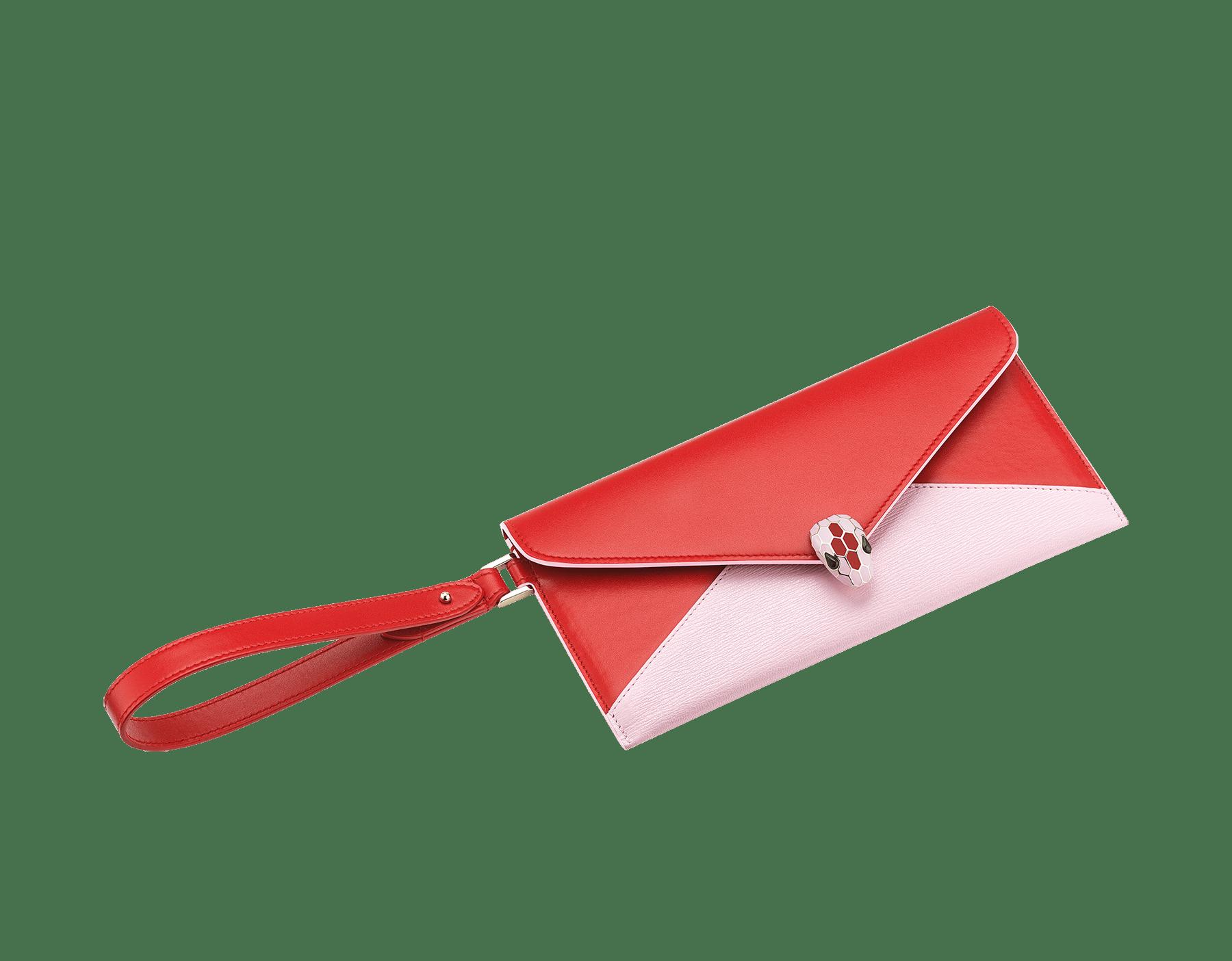Serpenti Forever 信封型手拿包,採用洋紅碧玉色小牛皮和法國玫瑰色羊皮。經典蛇頭元素飾以法國玫瑰色和洋紅碧玉色琺瑯,蛇眼鑲飾黑色縞瑪瑙。 289461 image 1