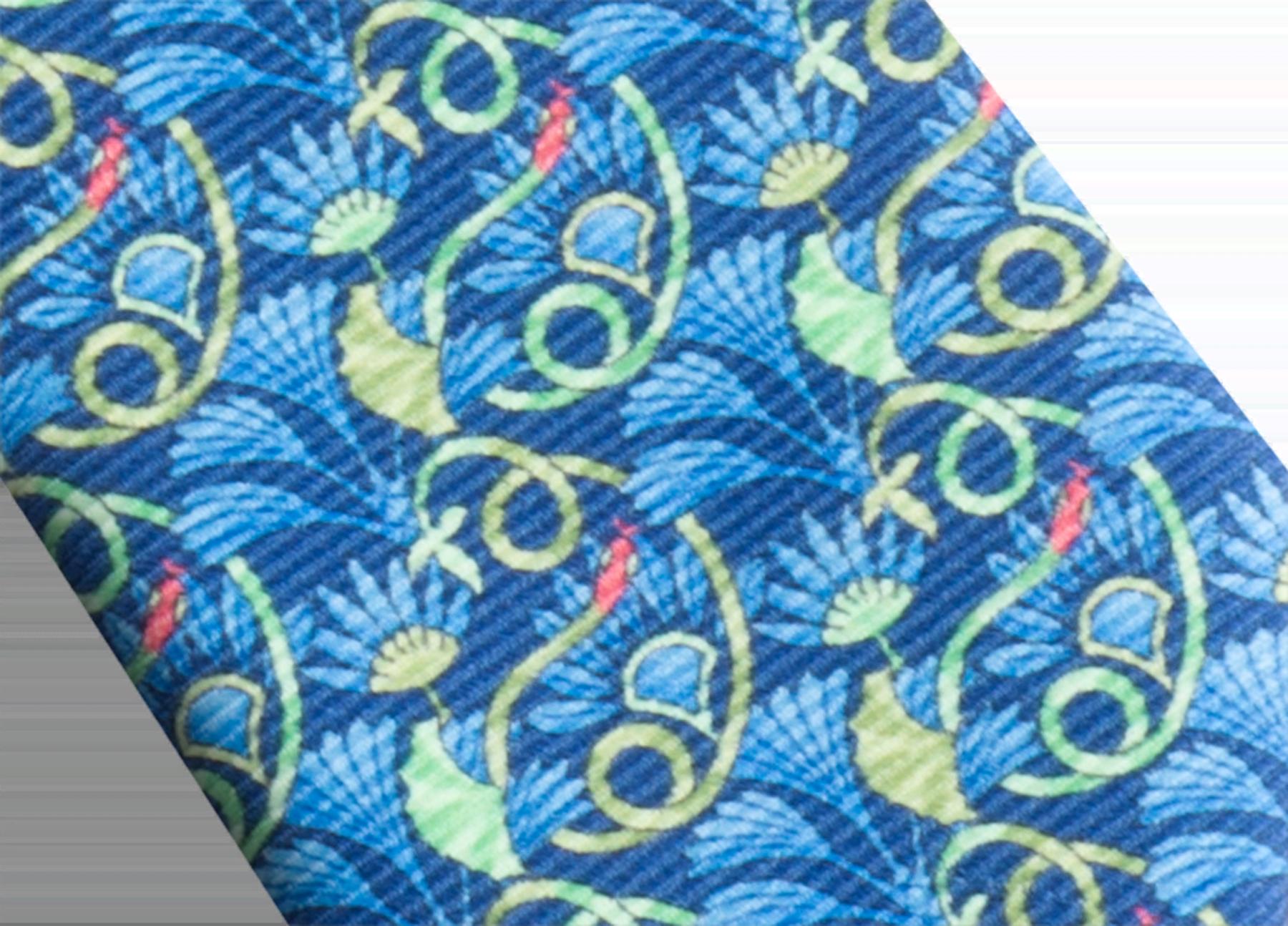 """Siebenfach gefaltete blaue Krawatte mit """"Hidden Snake""""-Muster aus feiner, bedruckter Saglione-Seide. 244155 image 2"""