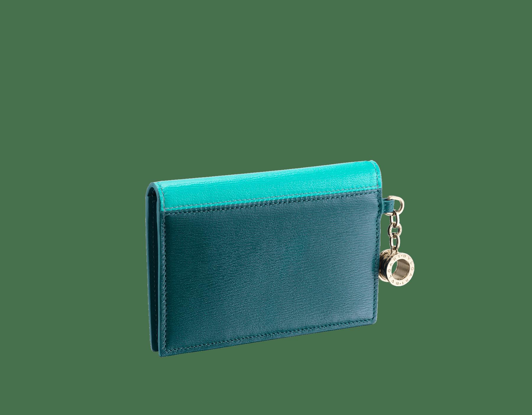 Tarjetero desplegable para tarjetas de crédito B.zero1 de piel de cabra de color turquesa tropical y jade oscuro. Emblemático charm B.zero1 de latón bañado en oro claro. 288238 image 3
