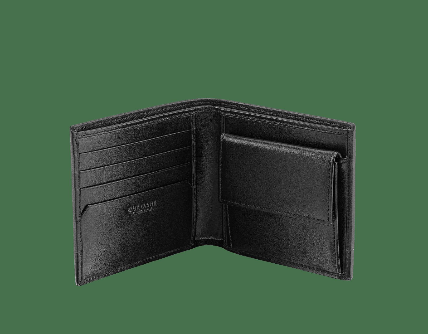 Kompaktes Serpenti Scaglie Herren-Portemonnaie aus jadegrünem aufgerauten Kalbsleder und schwarzem Kalbsleder. Graviertes Bvlgari Logo auf der sechseckigen Scaglie-Metallplakette mit dunklem Ruthenium-Finish. 581-WLT-ITAL image 2