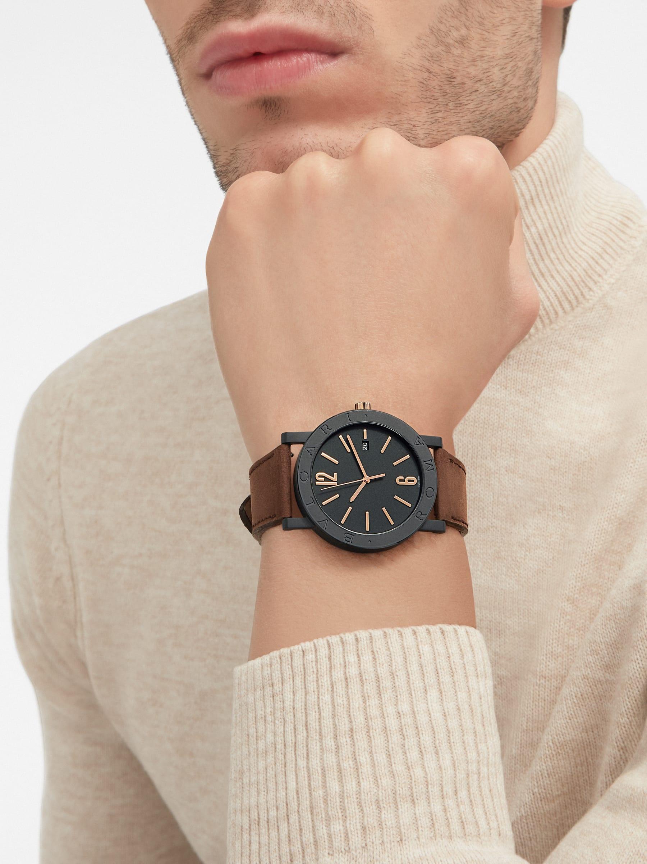 """ساعة """"بولغري بولغري سيتيز سبيشل إيديشن، ROMA"""" بآلية حركة ميكانيكية مصنّعة من قبل بولغري، تعبئة أوتوماتيكية، آلية BVL 191.، علبة الساعة من الفولاذ المعالج بالكربون الأسود الشبيه بالألماس مع نقش """"BVLGARI ROMA"""" على إطار الساعة، غطاء خلفي شفاف، ميناء مطلي بالمينا الأسود الخشن ومؤشرات الساعة من الذهب الوردي، سوار من جلد العجل البني، وسوار قابل للتبديل من المطاط الأسود. 103219 image 9"""