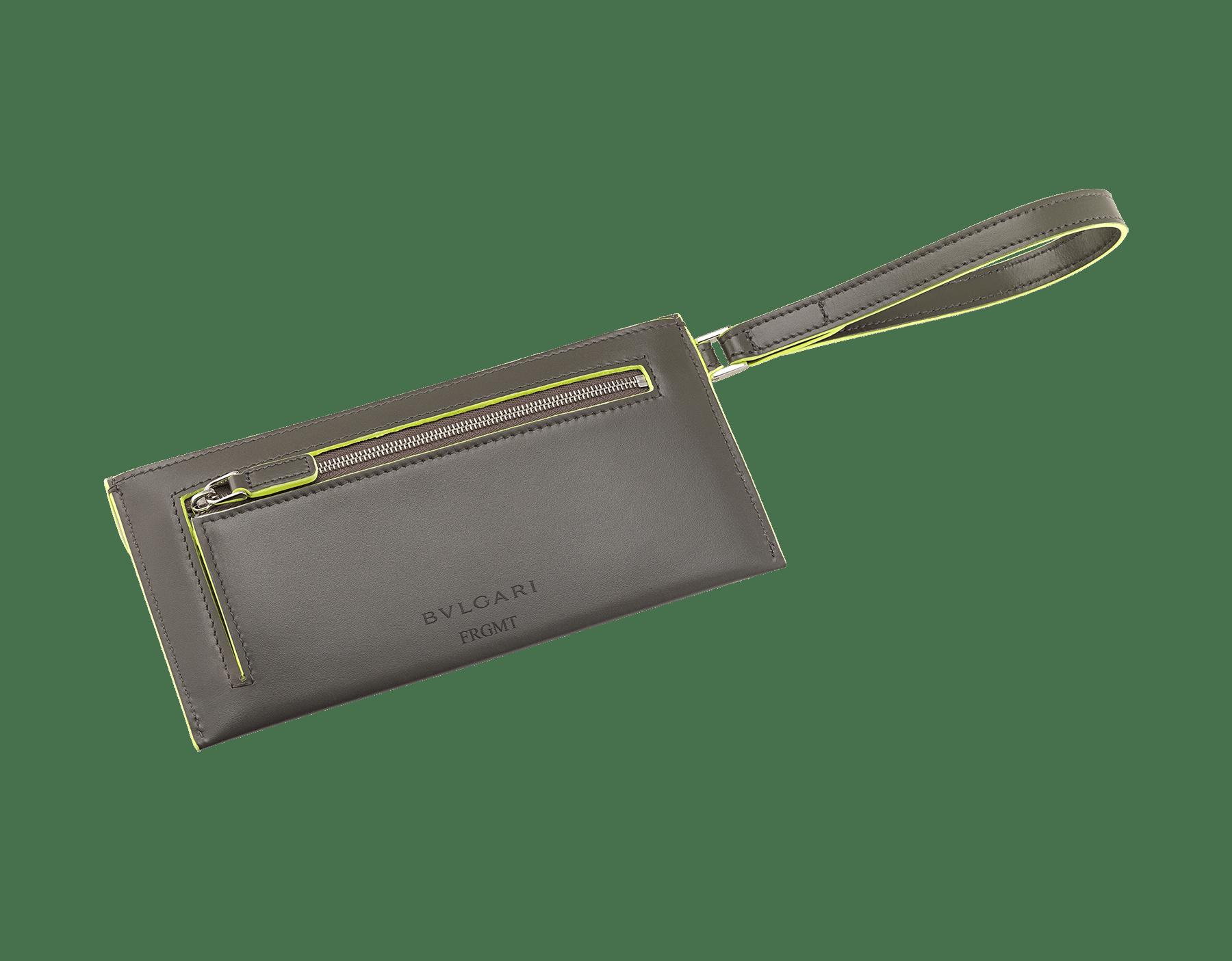 BVLGARI x FRAGMENT by Hiroshi Fujiwara 「セルペンティ フォーエバー」エンベロープケース。 ホークアイと蛍光イエローのスムースカーフレザー製。FRAGMENTの稲妻デザインを加えた、シャイニーなパラジウム プレート ブラス製のアイコニックなスネークヘッドスタッドクロージャー。ブラックと蛍光イエローのエナメルにブラックオニキスの目。 289530 image 3