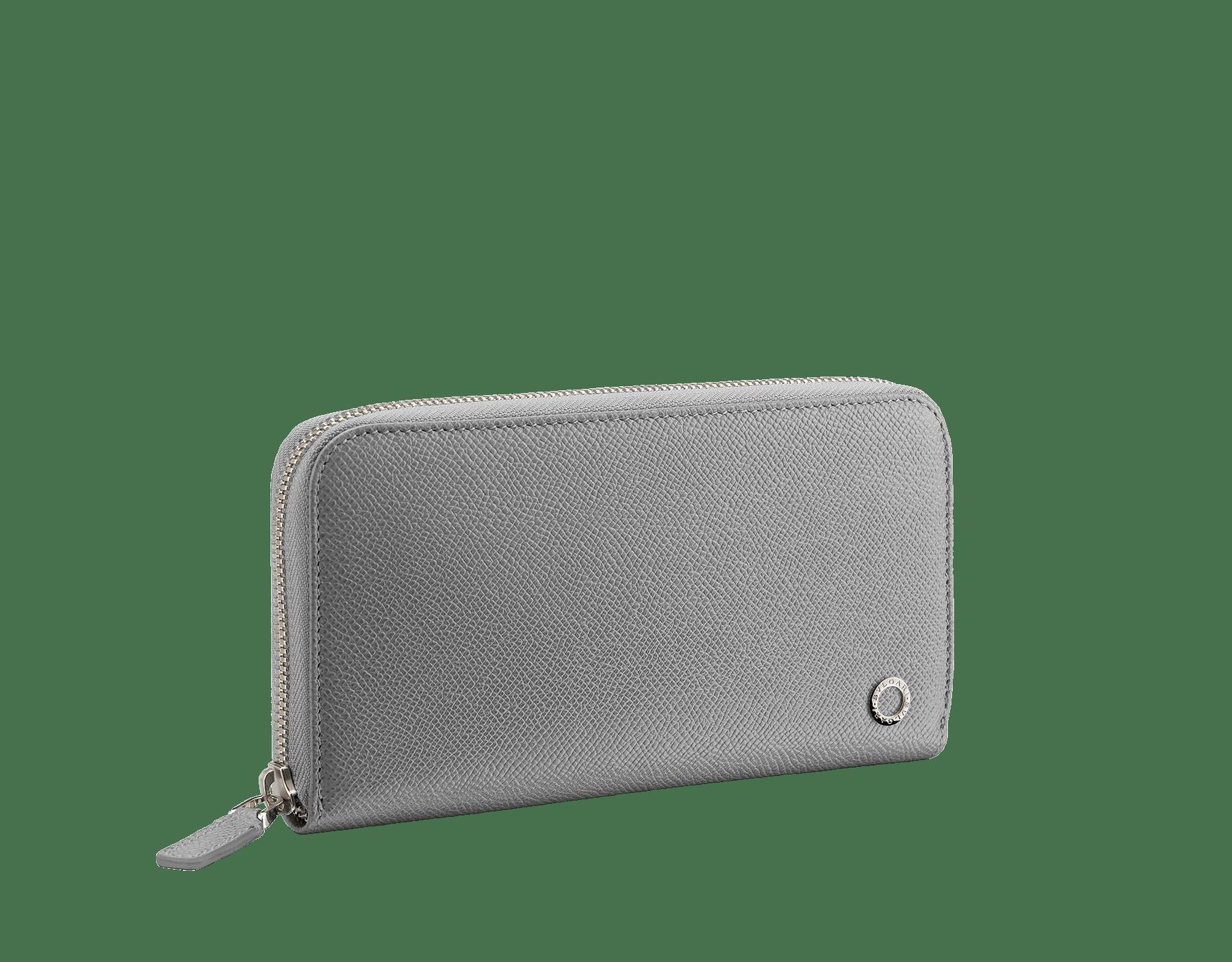 Charcoal DiamondグレーとAegean Topazライトブルーのグレインカーフレザー製ラージサイズの「ブルガリ・ブルガリ」ジップ付き財布。 パラジウムプレートブラス製のアイコニックなロゴの装飾。 BBM-WLT-M-ZIPa image 1