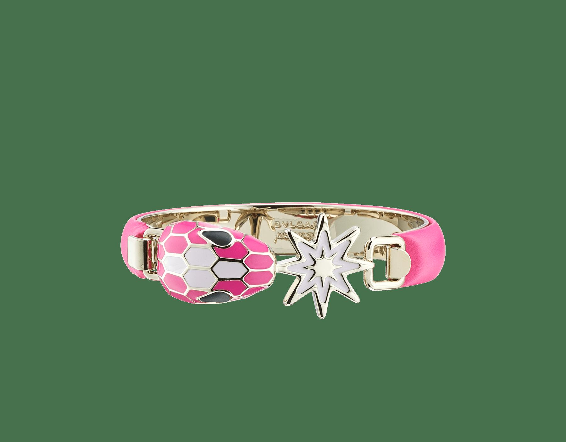 Serpenti Forever Armreif aus Kalbsleder in Flash Amethyst mit Metall-Elementen aus hell vergoldetem Messing. Schlangenkopf-Dekor mit Emaille in Flash Amethyst und Sakura-Rosa sowie Augen aus schwarzem Onyx in Kombination mit einem Stern-Dekor mit acht Spitzen aus rosafarbenem Opal. 289495 image 1