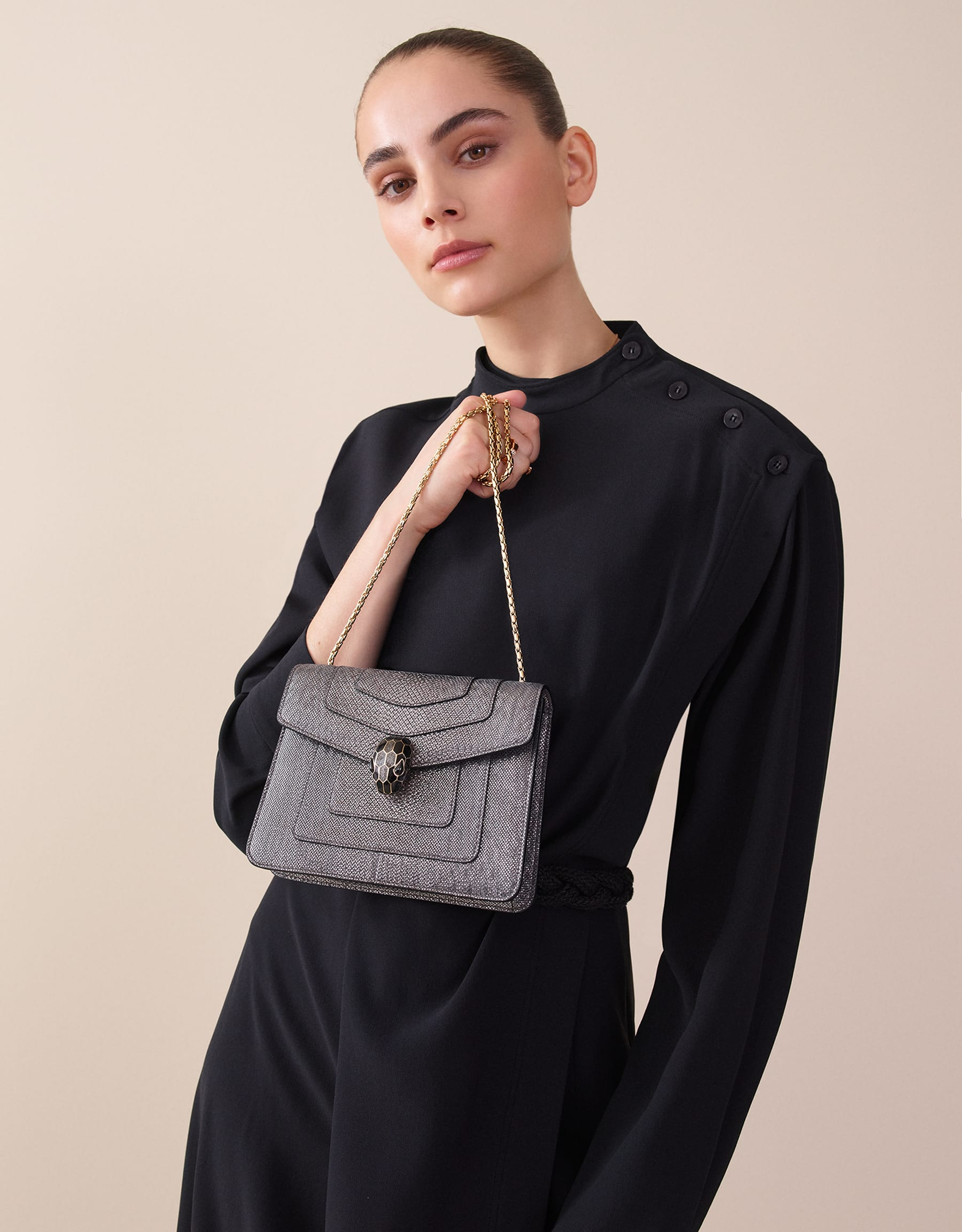Serpenti Forever crossbody bag in charcoal diamond metallic karung skin. Snakehead closure in light gold plated brass decorated with glitter charcoal diamond and shiny black enamel, and black onyx eyes. 287939 image 5