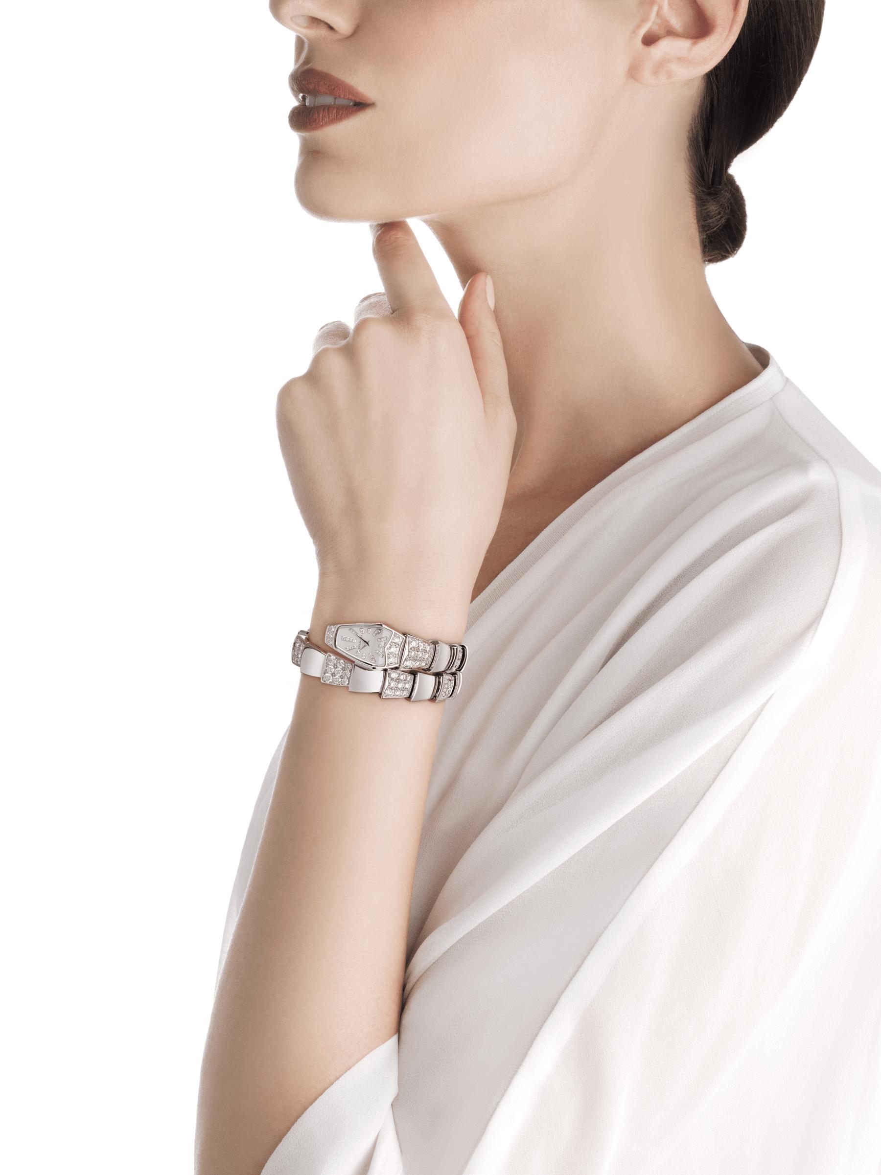 Serpenti Schmuckuhr mit Gehäuse aus 18Karat Weißgold und einfach geschwungenem Armband, beide mit Diamanten im Brillantschliff besetzt, weißes Perlmuttzifferblatt und Diamantindizes. 101787 image 3