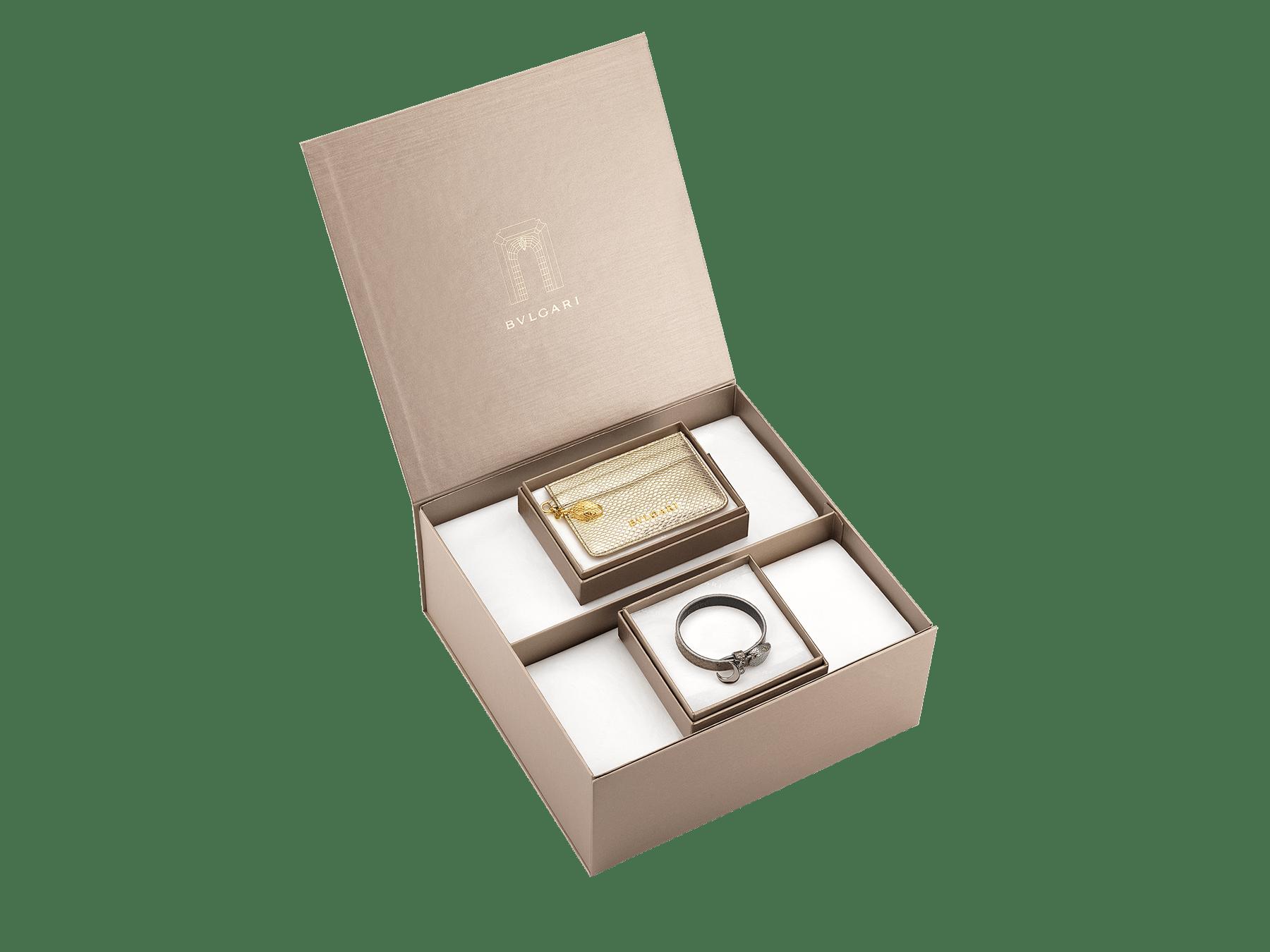 """سوار «سيربنتي فورايفر» من جلد ثعبان الكارونغ """"مولتن"""" باللون الذهبي. قفل رأس ثعبان سيربنتي الجديد من النحاس المطلي بالذهب، تزينه عينان من المينا الأحمر وتعليقة بشكل هلال. BRACLT-SERPENTIU-MK image 3"""