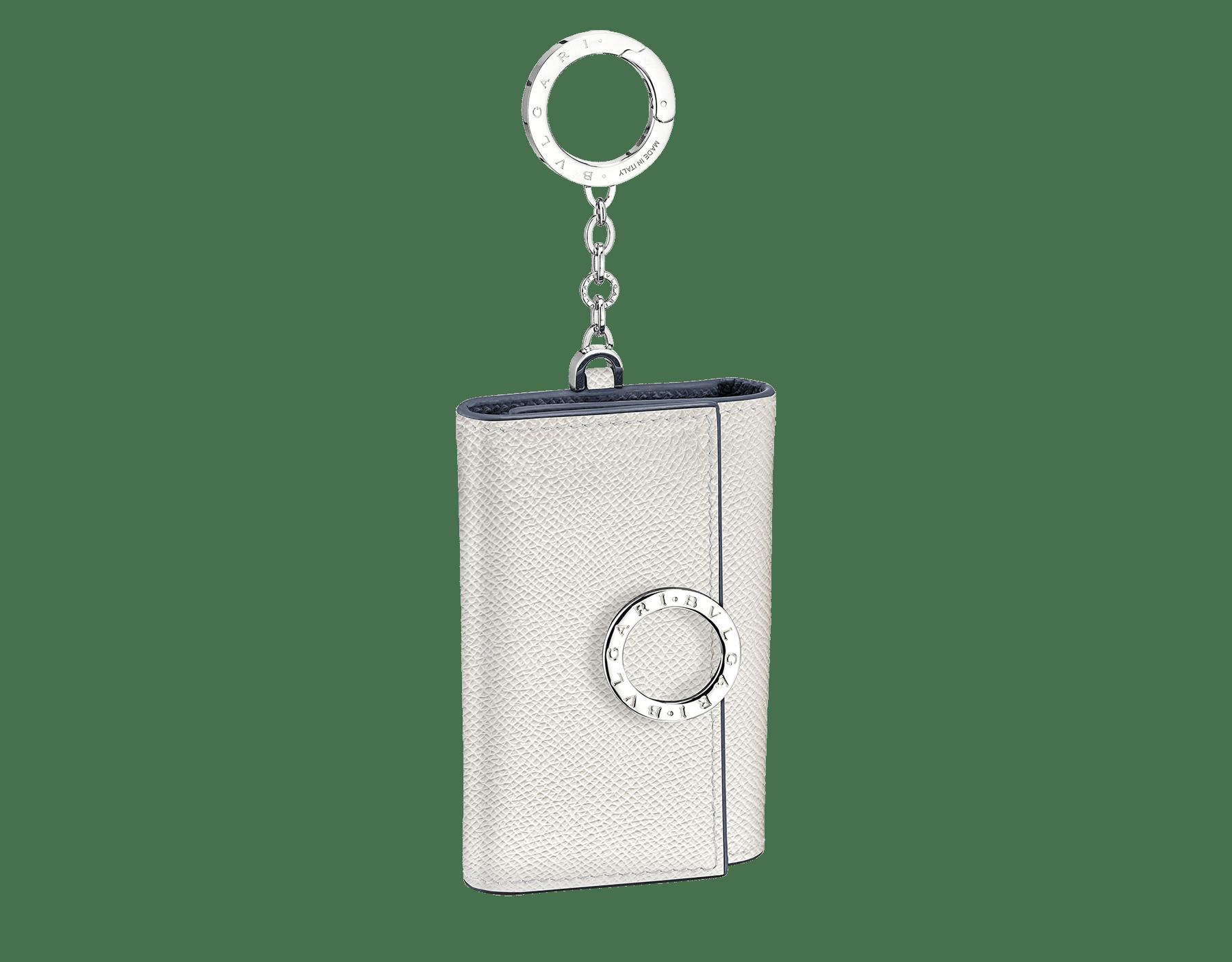 ホワイトアゲートとデニムサファイアブルーのグレインカーフレザー製「ブルガリ クリップ」キーホルダー。 パラジウムプレートブラスのアイコニックなロゴ装飾と、スナップフック。 BCM-KEY-HOLD-CLASPb image 1