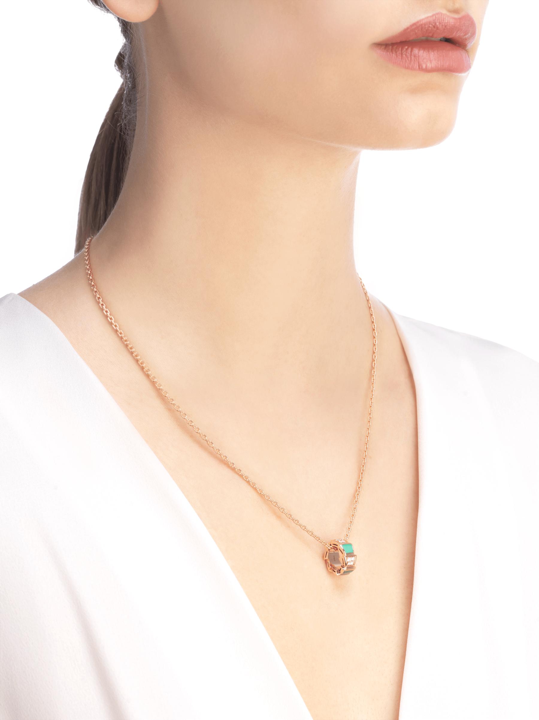 Colar Serpenti Viper em ouro rosa 18K cravejado com elementos de malaquita e pavê de diamantes (0,21ct) no pingente 355958 image 3