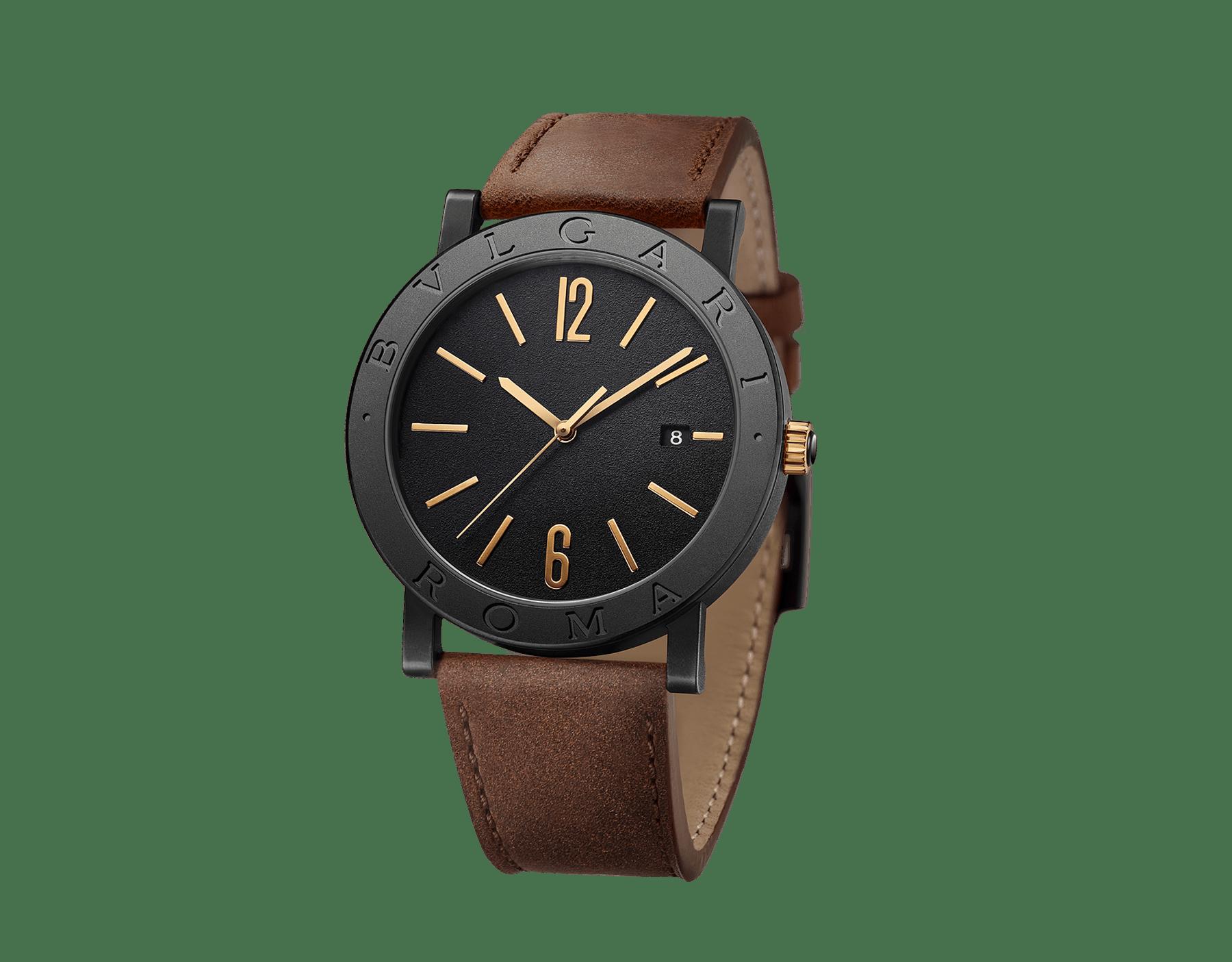 """ساعة """"بولغري بولغري سيتيز سبيشل إيديشن، ROMA"""" بآلية حركة ميكانيكية مصنّعة من قبل بولغري، تعبئة أوتوماتيكية، آلية BVL 191.، علبة الساعة من الفولاذ المعالج بالكربون الأسود الشبيه بالألماس مع نقش """"BVLGARI ROMA"""" على إطار الساعة، غطاء خلفي شفاف، ميناء مطلي بالمينا الأسود الخشن ومؤشرات الساعة من الذهب الوردي، سوار من جلد العجل البني، وسوار قابل للتبديل من المطاط الأسود. 103219 image 3"""
