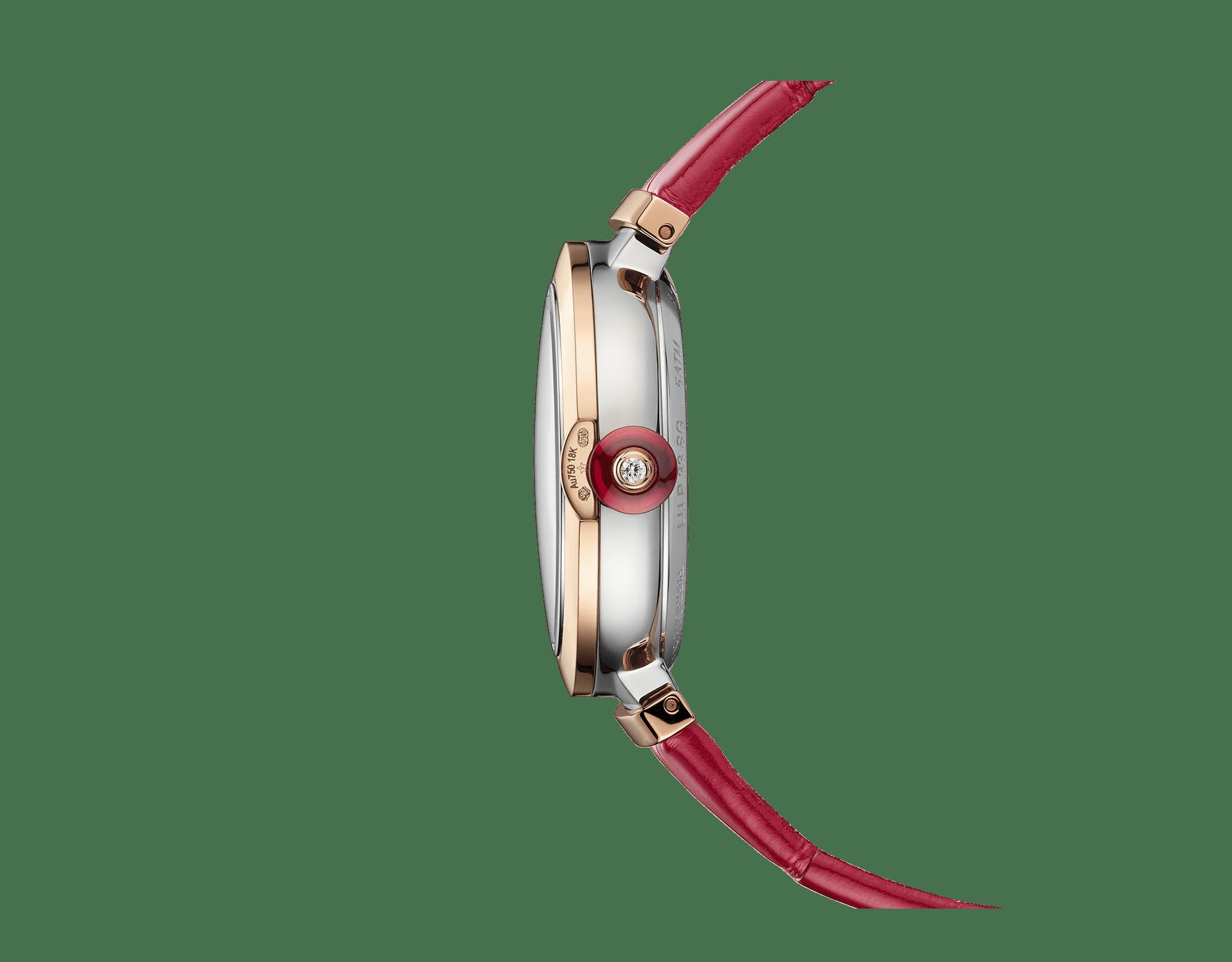 Relógio LVCEA Skeleton com movimento mecânico, corda automática e execução esqueletizada, caixa em aço, bezel em ouro rosa 18K, mostrador com logotipo BVLGARI em aço vazado cravejado com rubis e pulseira em couro de jacaré vermelho 103122 image 3