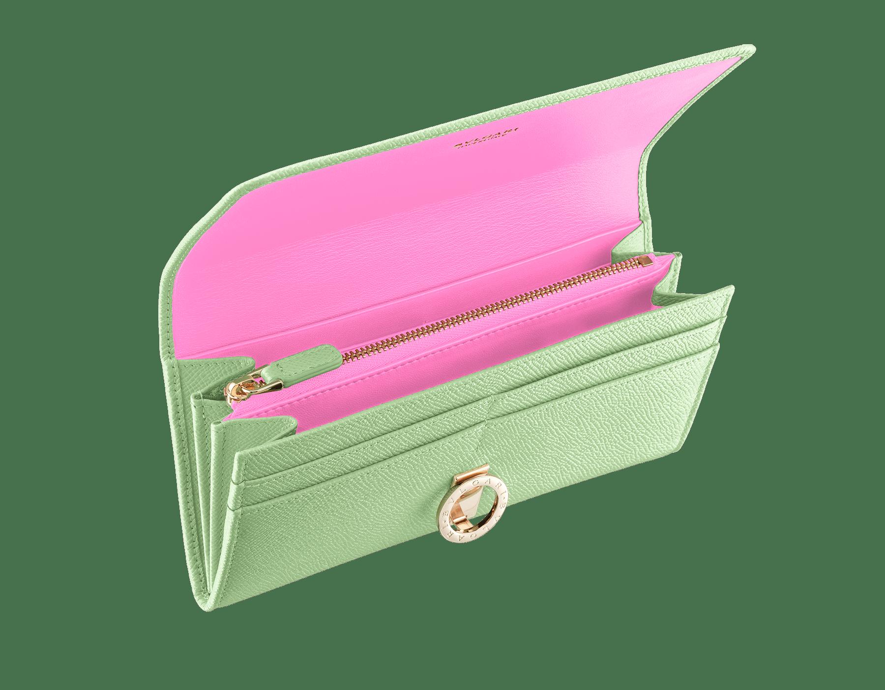 鮮やかなミントのグレインカーフレザーとタフィークォーツのナッパレザーのラージサイズのブルガリ・ブルガリ ウォレット。ブラスライトゴールドプレートのアイコニックなロゴのクロージャークリップ。 289758 image 2