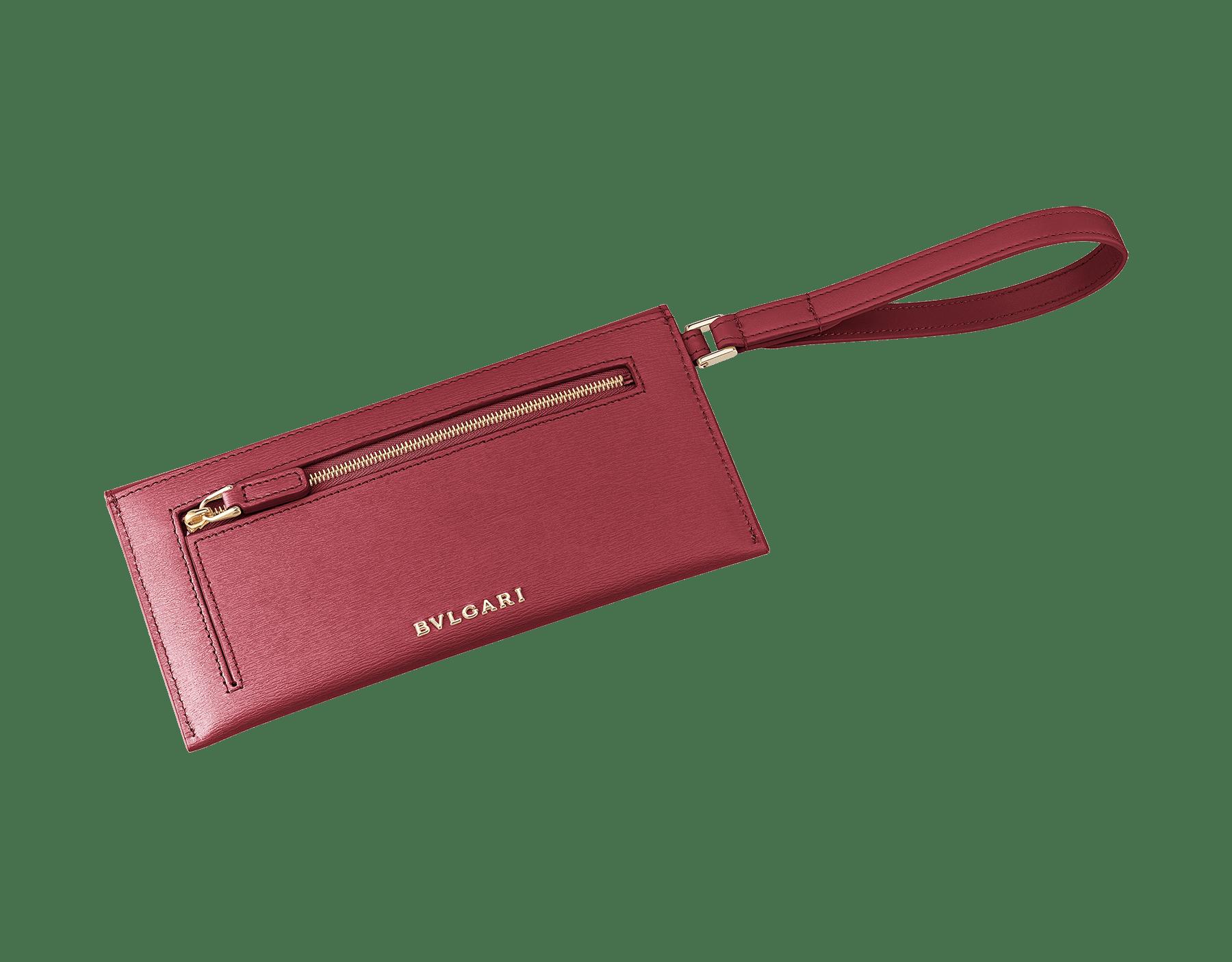 Serpenti Forever envelope case in Roman garnet calf leather and Roman garnet goatskin. Iconic snakehead charm in black and Roman garnet enamel, with black onyx eyes. 289089 image 3