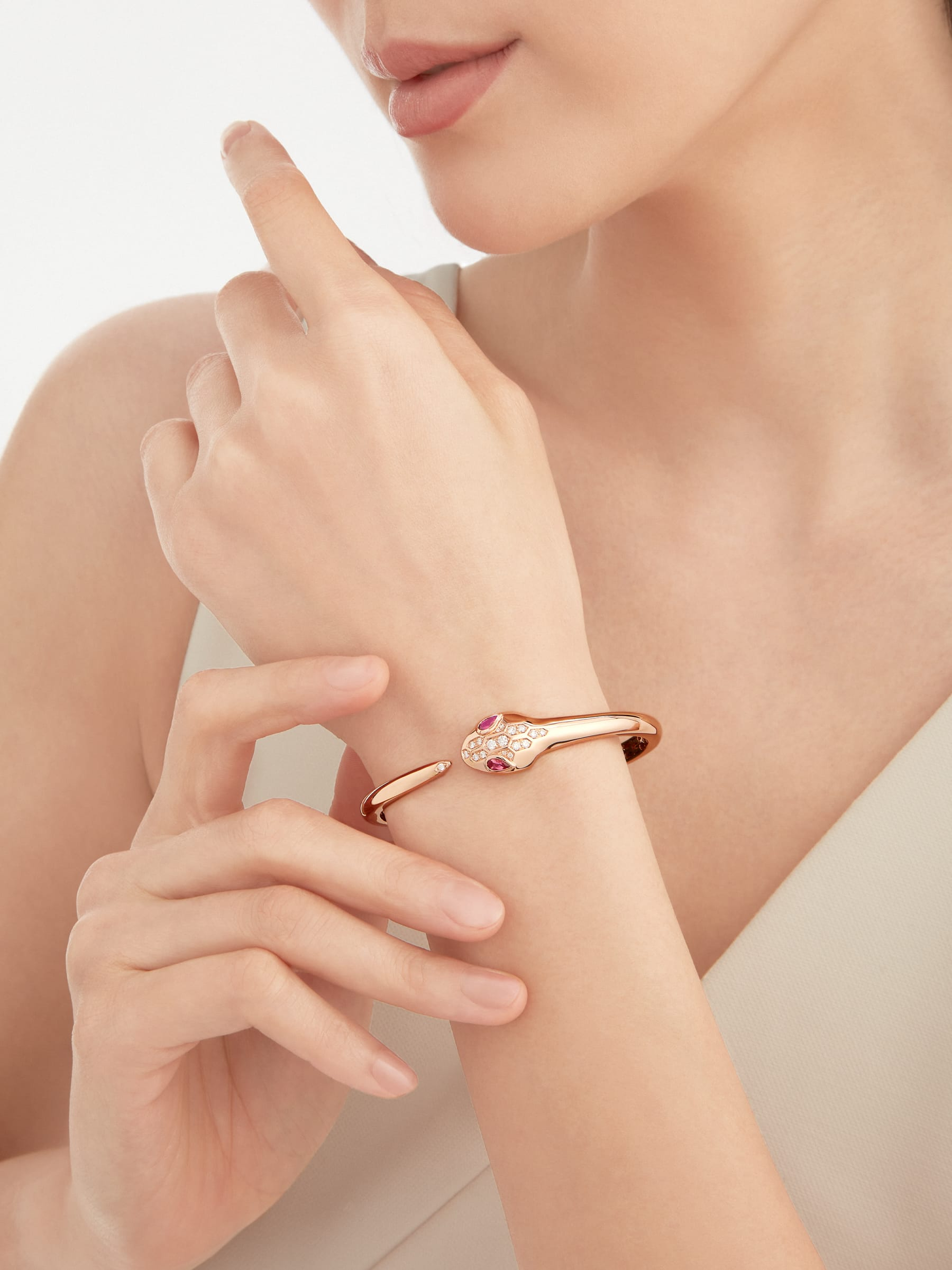 Serpenti bracelet in 18 kt rose gold, set with rubellite eyes and demi-pavé diamonds on the head and the tail. BR857813 image 1