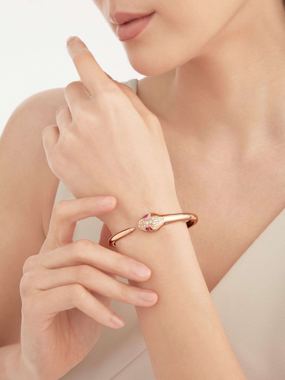 Serpenti 18K 玫瑰金手環,蛇眼鑲飾紅碧璽,蛇頭和蛇尾飾以半密鑲鑽石。 BR857813 image 1