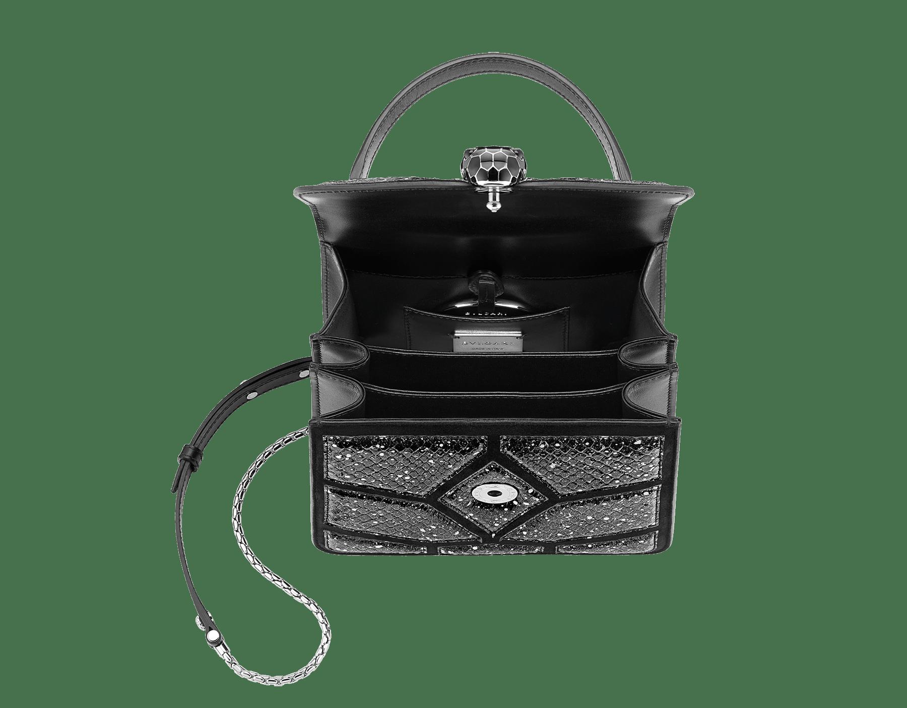 Serpenti Forever 斜背包採用黑色和白色「宇宙星塵」蟒皮和黑色小牛皮。鍍鈀黃銅蛇頭扣環飾以黑色琺瑯,蛇眼鑲飾黑色縞瑪瑙。 288223 image 4