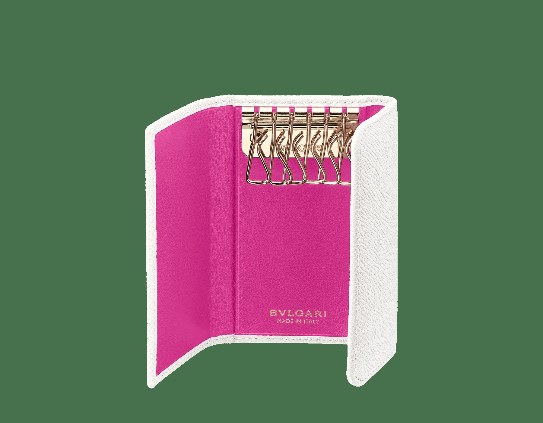 Porte-clés en cuir de veau grainé blanc agate et nappa rose tourmaline avec doublure en nappa couleur œil de tigre. Fermoir emblématique en laiton doré orné du motif Bulgari Bulgari. 283437 image 2