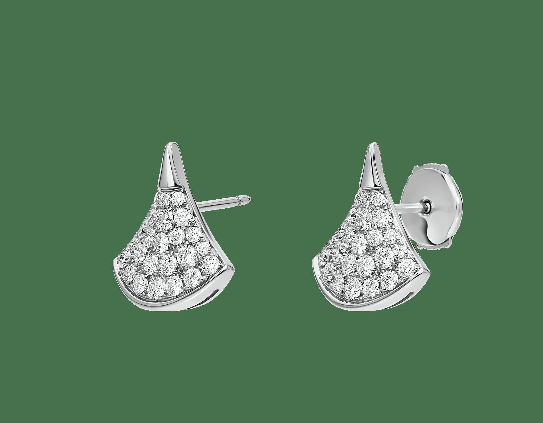 Los pendientes DIVAS' DREAM, deslumbrantes gracias a la pureza de sus formas femeninas y la clásica y atemporal combinación del pavé de diamantes y el oro blanco, revelan la refinada elegancia de cada diva. 352602 image 2