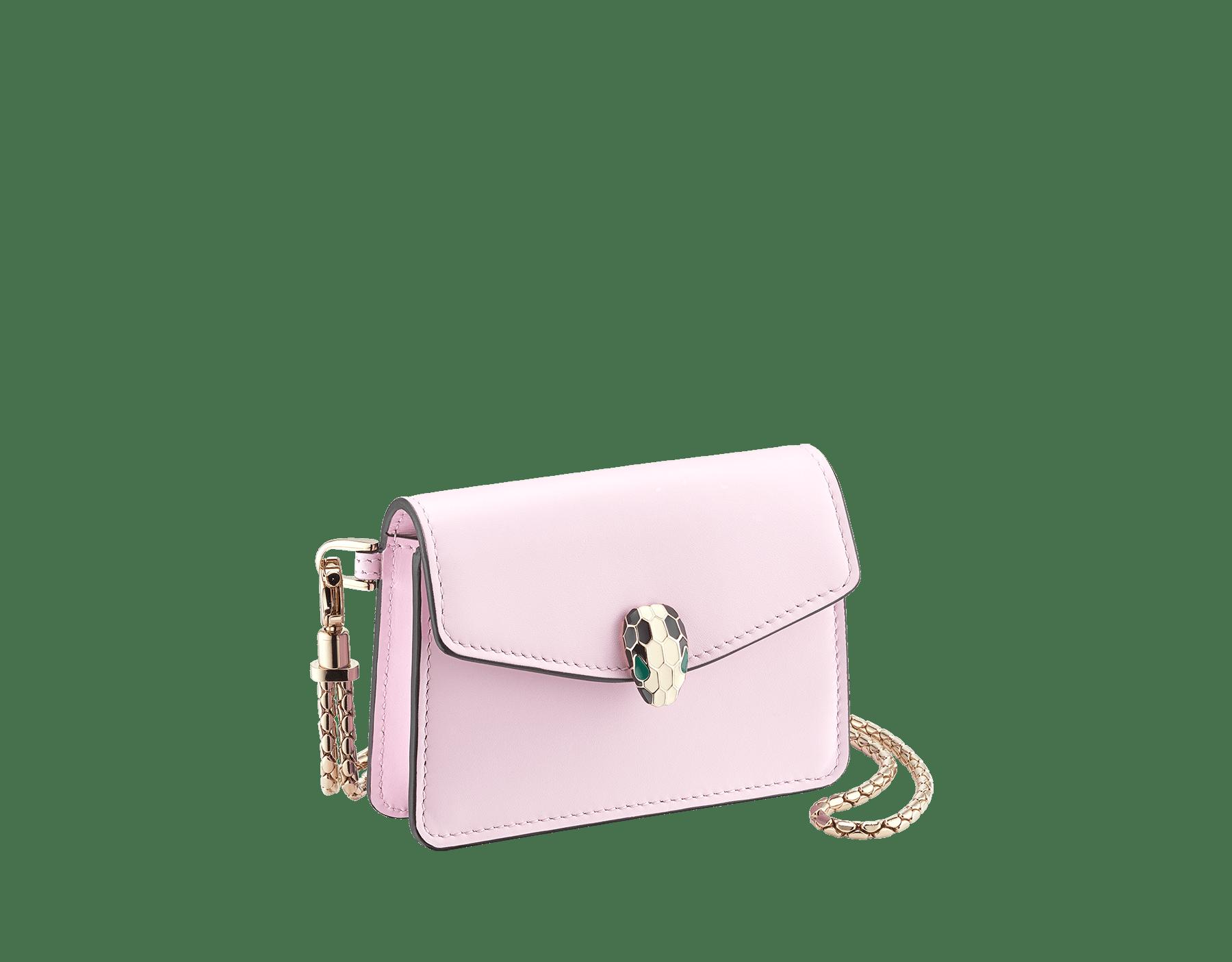 Porta carte di credito da collo Serpenti Forever in vitello rosa di Francia. Iconica chiusura Serpenti in smalto bianco e nero con occhi in smalto verde. 289397 image 1
