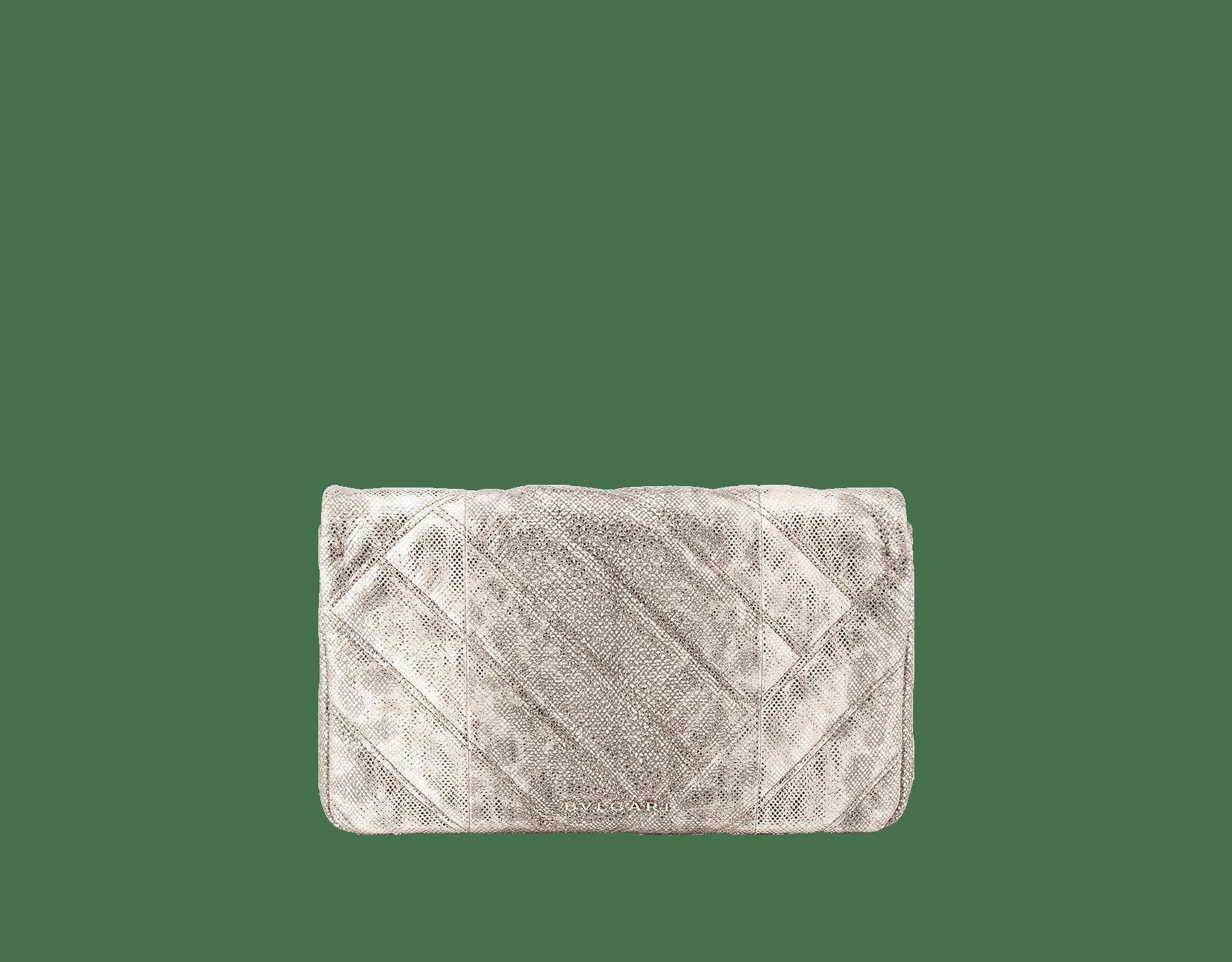 Clutch Serpenti Cabochon in karung metallizzato bianco opale con motivo geometrico matelassé. Accattivante chiusura Serpenti in ottone placcato oro chiaro, smalto nero e glitter bianco opale con occhi in onice nera. 1025-MK image 3