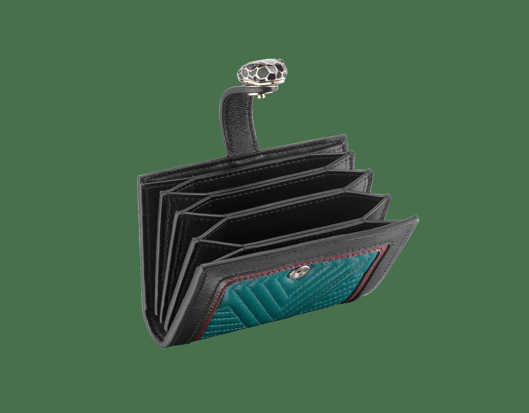 Étui pour cartes de crédit compact Serpenti Diamond Blast en cuir nappa matelassé couleur Deep Jade et en cuir de veau noir et couleur grenat. Fermoir Serpenti emblématique en émail noir et blanc avec yeux en émail noir. 288195 image 2