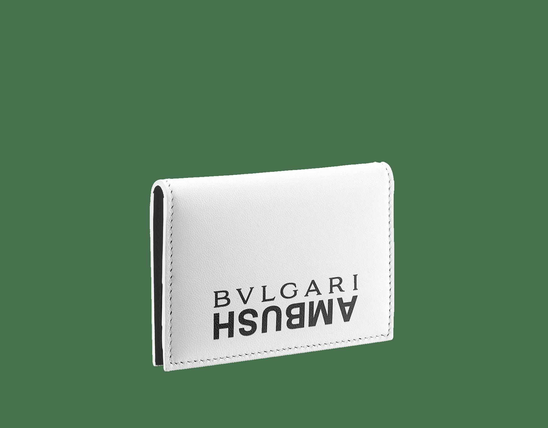 「AMBUSH x BVLGARI」縦型カードホルダー。ブライトグリーンとブラックのナッパレザー製。サイドにパラジウムプレートブラスの「BVLGARI AMBUSH」の装飾、もう一方のサイドに特別な「BVLGARI AMBUSH」のロゴプリント。リミテッドエディション。 YA-VERTICALCCH image 3
