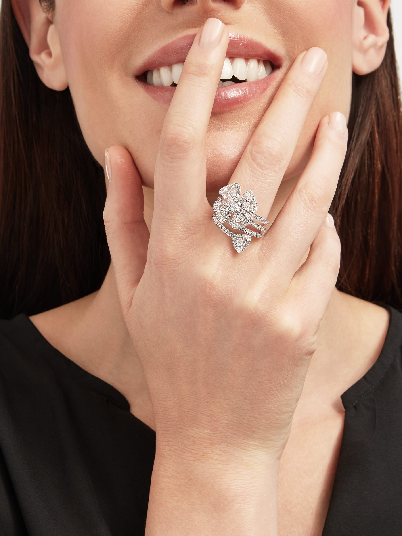 Anello Fiorever in oro bianco 18 kt con diamante centrale taglio brillante (0,30 ct) e pavé di diamanti (0,79 ct). AN859148 image 3