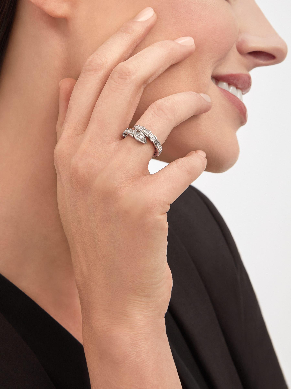 Serpenti Viper Ring aus 18 Karat Weißgold mit Diamant-Pavé. AN858111 image 3