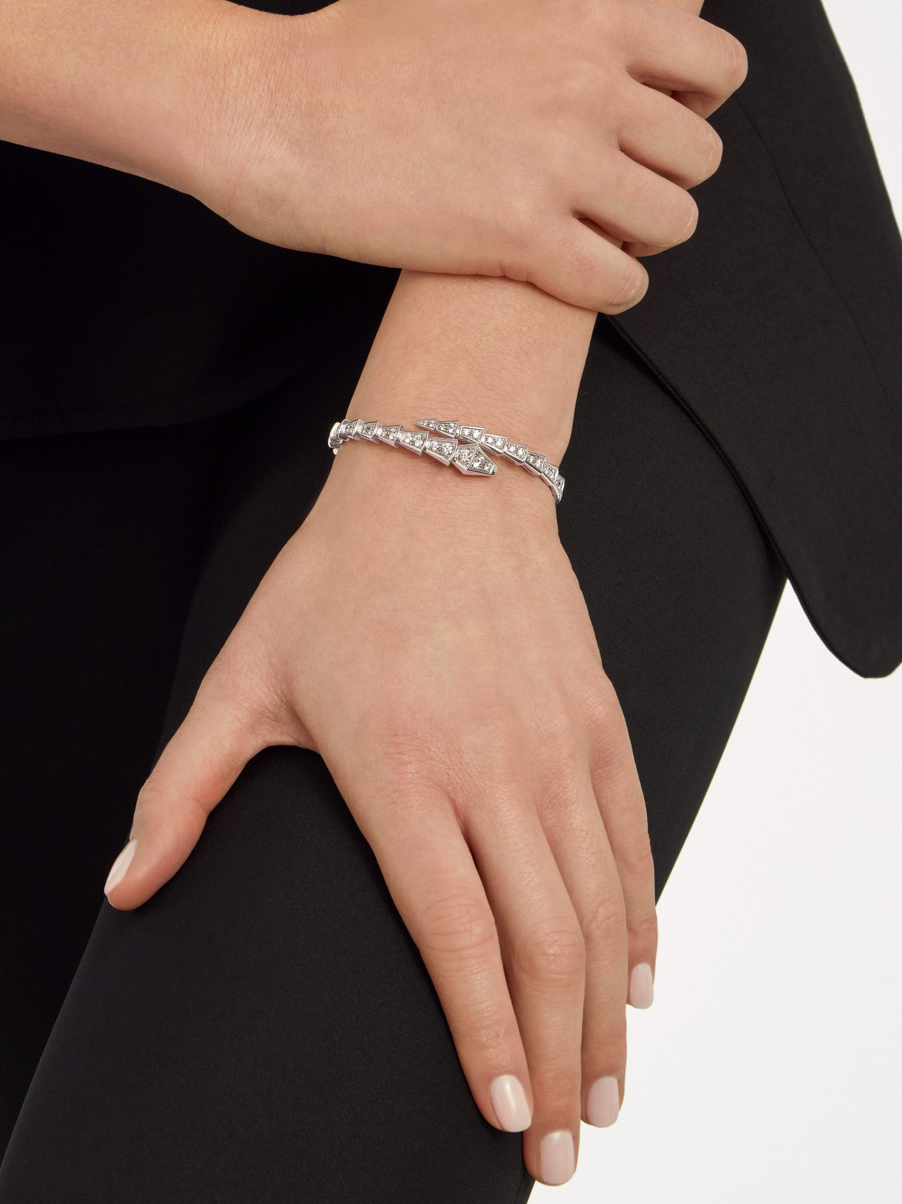 Serpenti Viper one-coil slim bracelet in 18 kt white gold, set with full pavé diamonds. BR857492 image 3