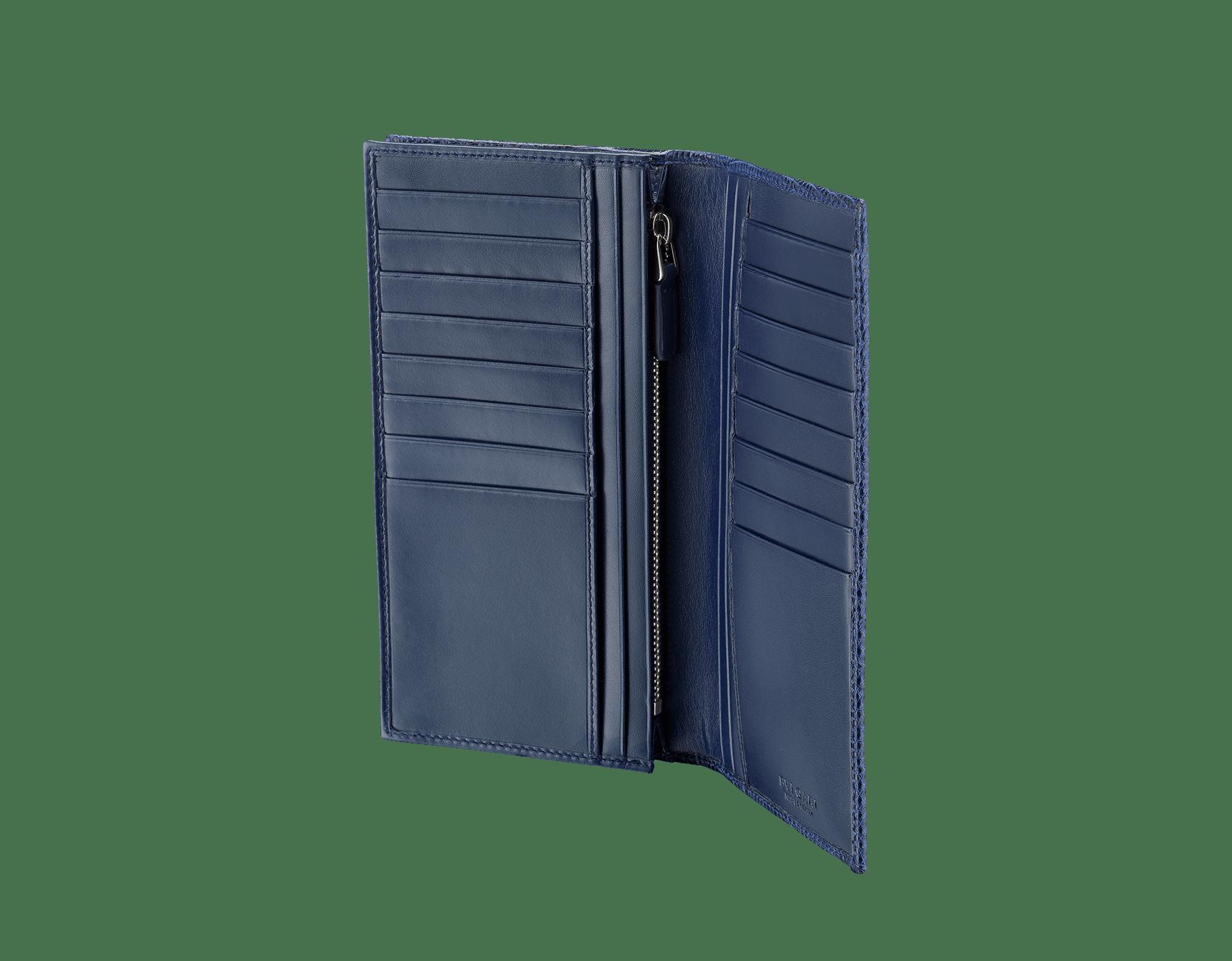 デニムサファイアのシャイニーリザードスキンとカーフレザー製の財布。ブラスパラジウムプレートの金具とアイコニックな「ブルガリ・ブルガリ」モチーフ。 284399 image 2